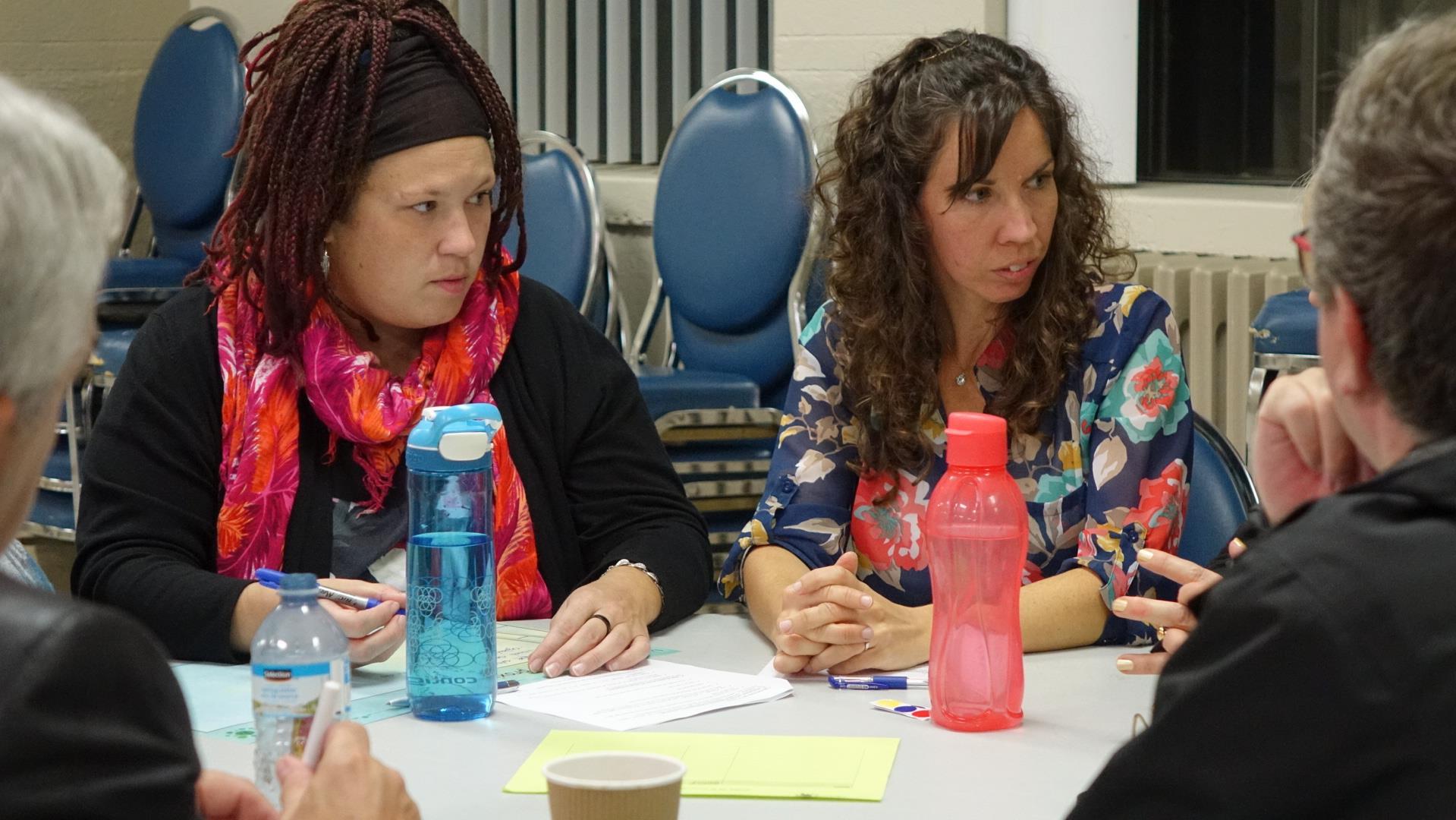 Deux participantes à la rencontre sur l'avenir du bas du Cap-de-la-Madeleine