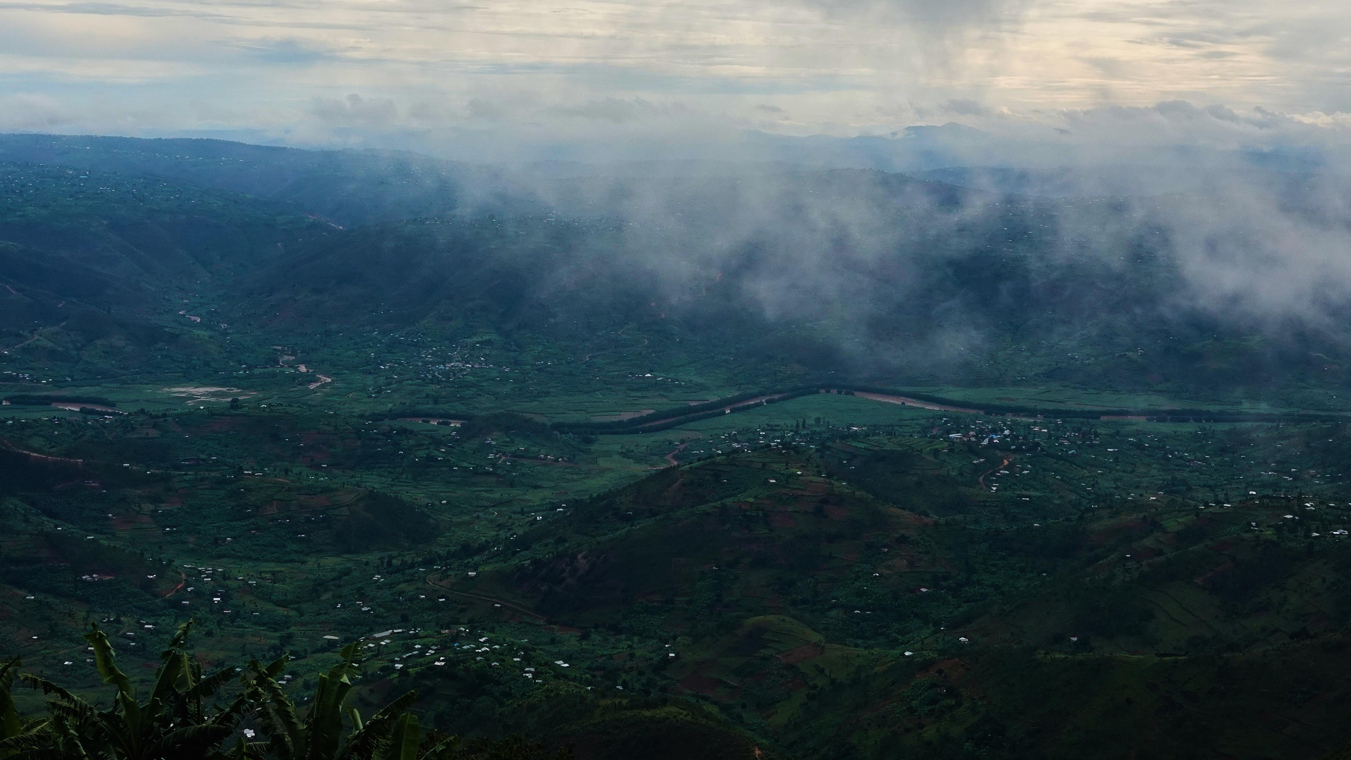 La grande rivière Nyabarongo au creux d'une vallée au Rwanda