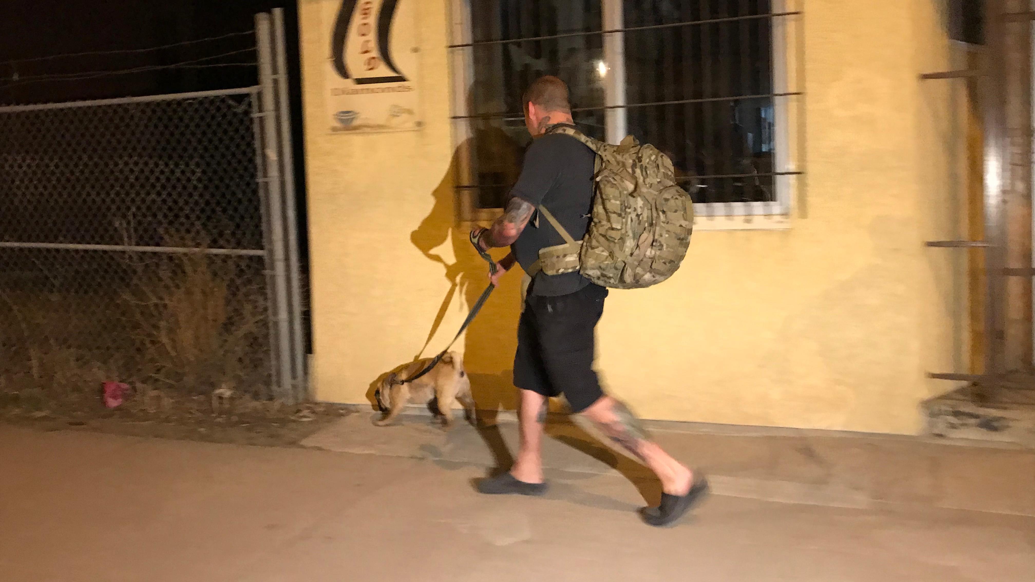 Terry Grady est avec son chien.