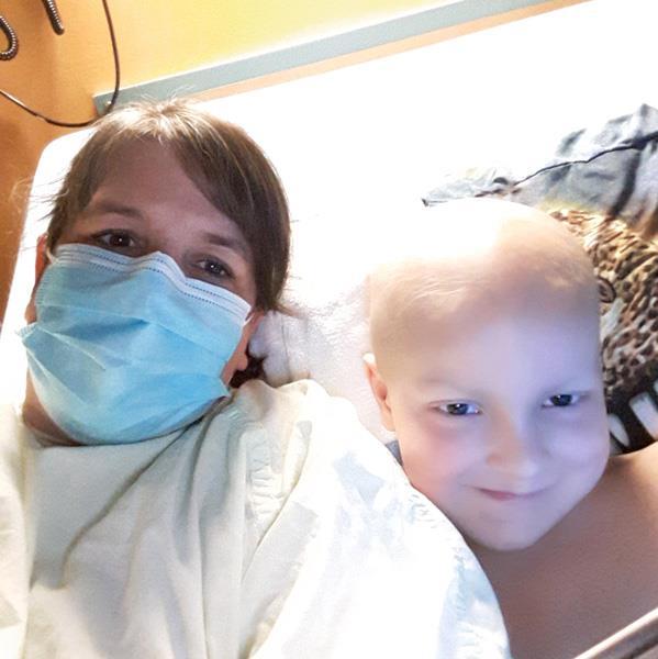 Sylvie porte un masque, couchée à côté de son fils Guillaume