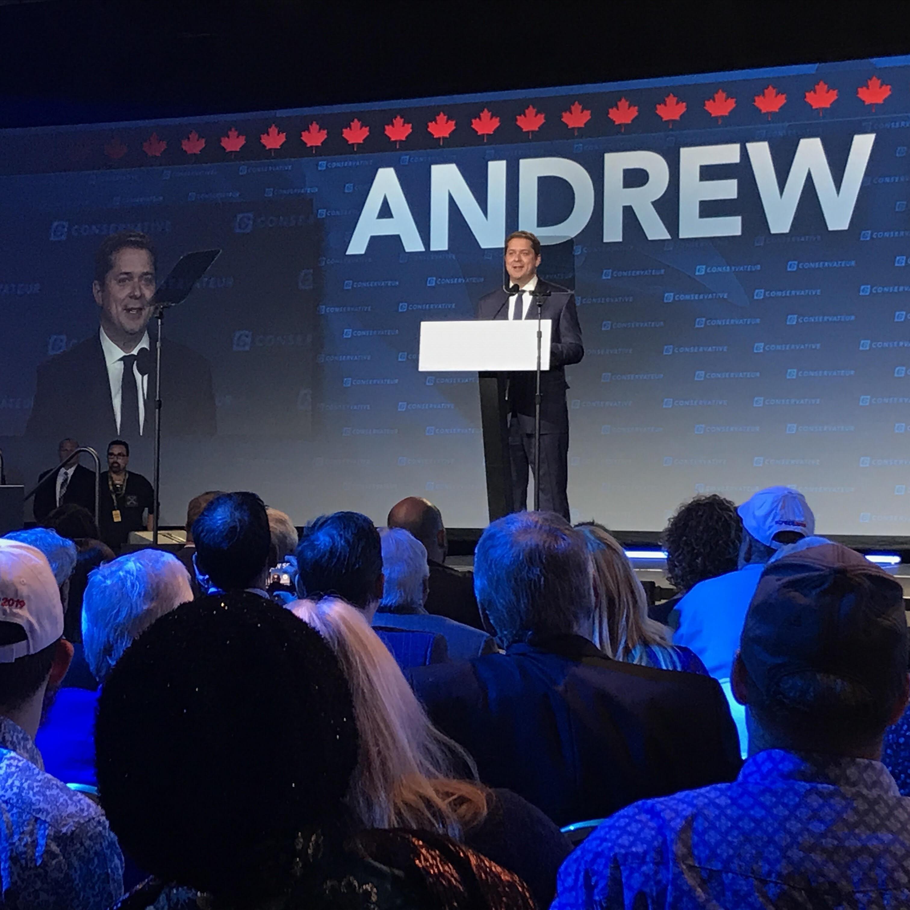 Andrew Scheer, sur scène, devant ses partisans.