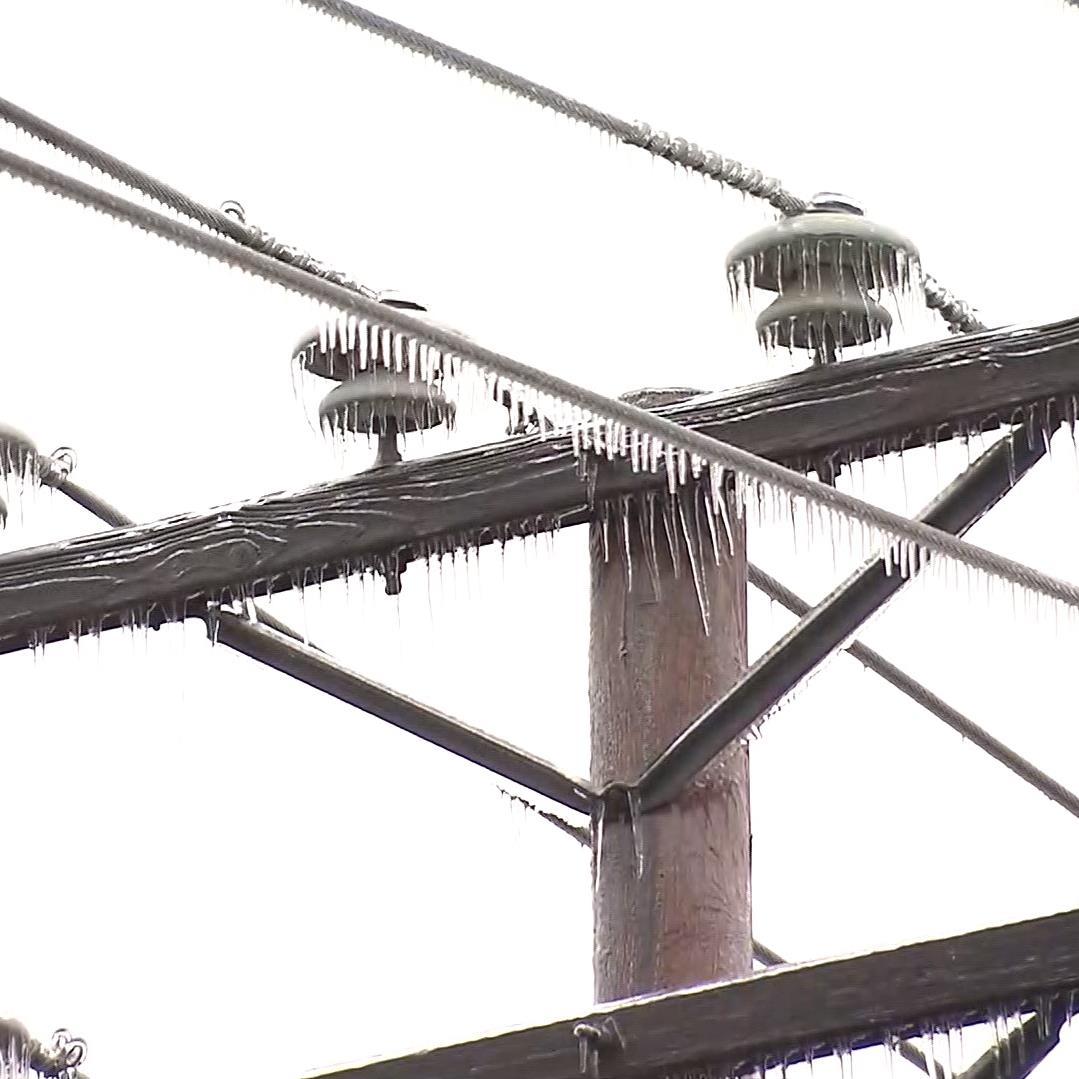 Le réseau électrique est souvent endommagé par le verglas, causant de nombreuses pannes d'électricité.