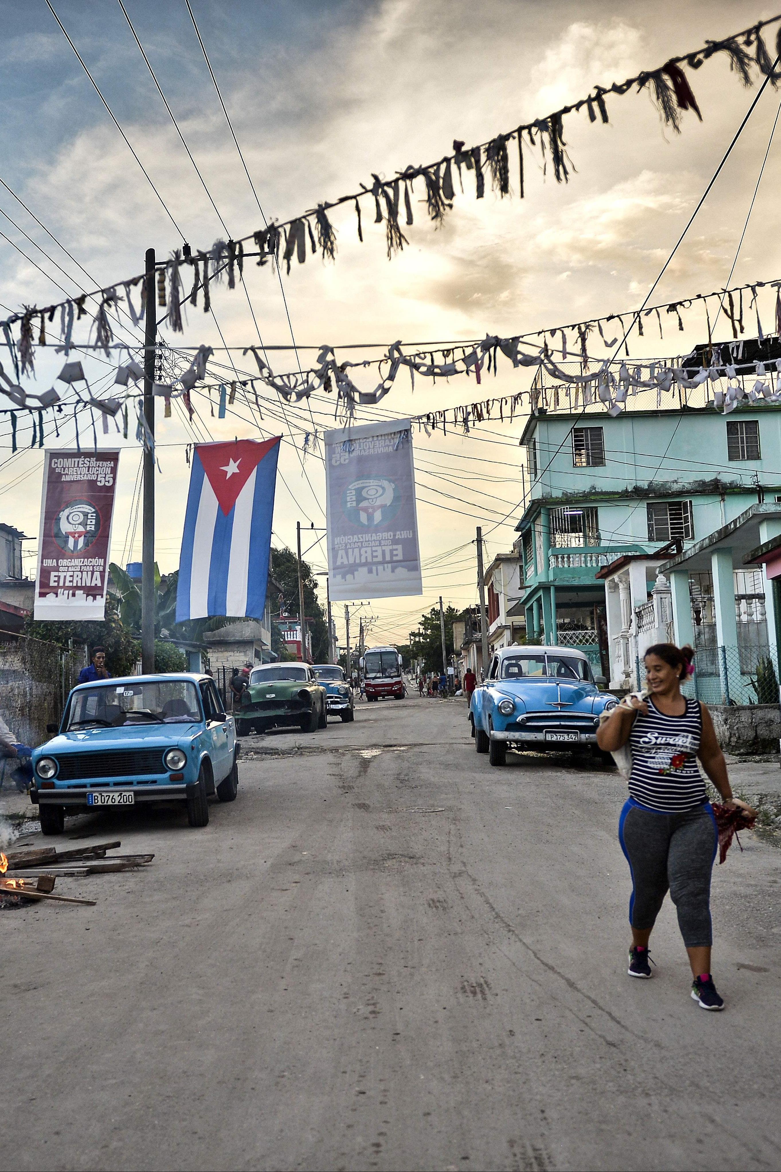 Une Cubaine prépare une caldoza, un plat typique cubain, dans une rue de La Havane, le 28 septembre 2018.