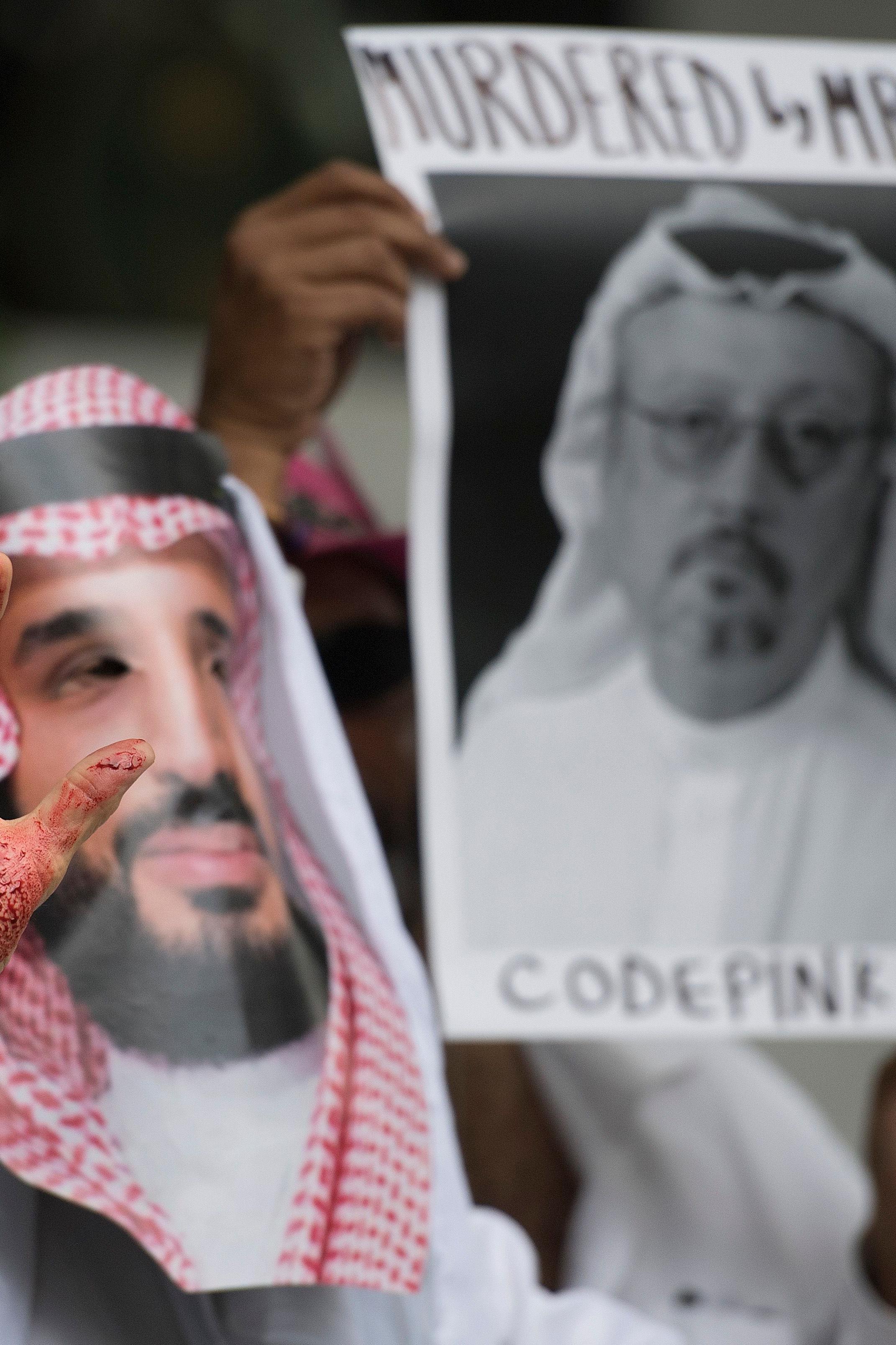 Un manifestant portant un masque du prince héritier saoudien soulève ses mains ensanglantées devant l'ambassade saoudienne à Washington, le 8 octobre 2018.