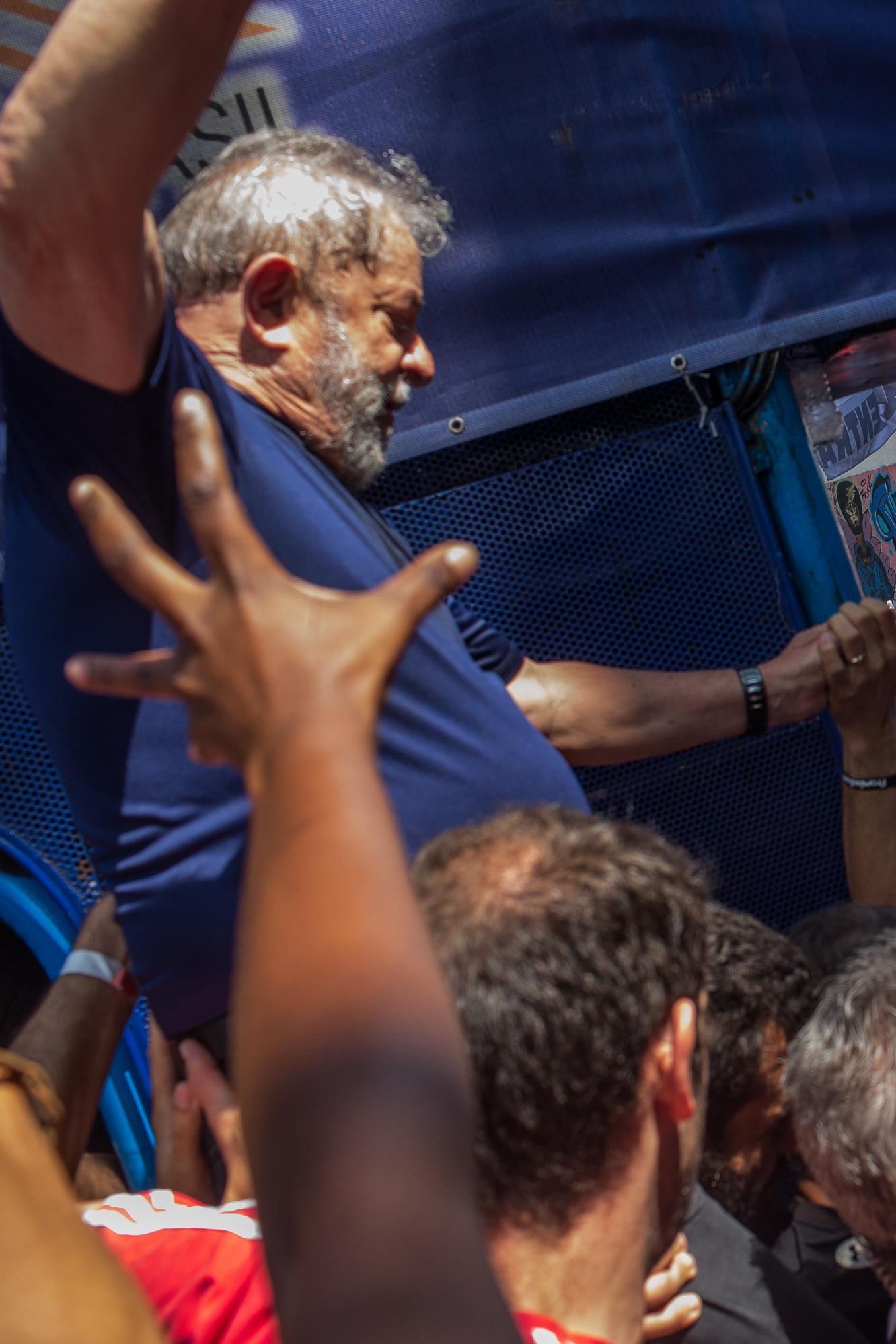 Lula da Silva est soulevé par des syndiqués lors d'une visite au quartier général du syndicat des métallurgistes à Sao Bernardo do Campo, au Brésil, le 7 avril 2018.
