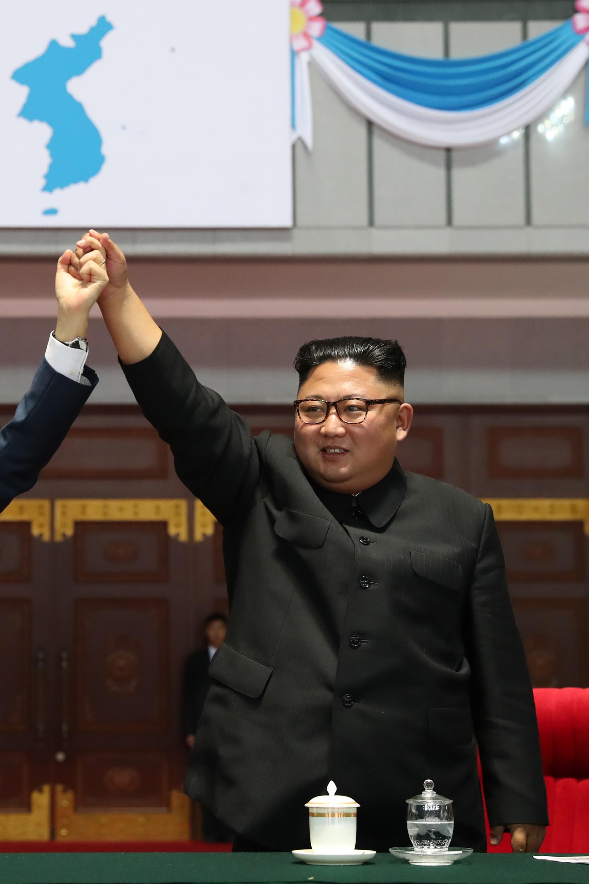 Kim Jong-un et Moon Jae-in regardent une prestation gymnastique et artistique dans un stade de Pyongyang en Corée du Nord, le 19 septembre 2018.