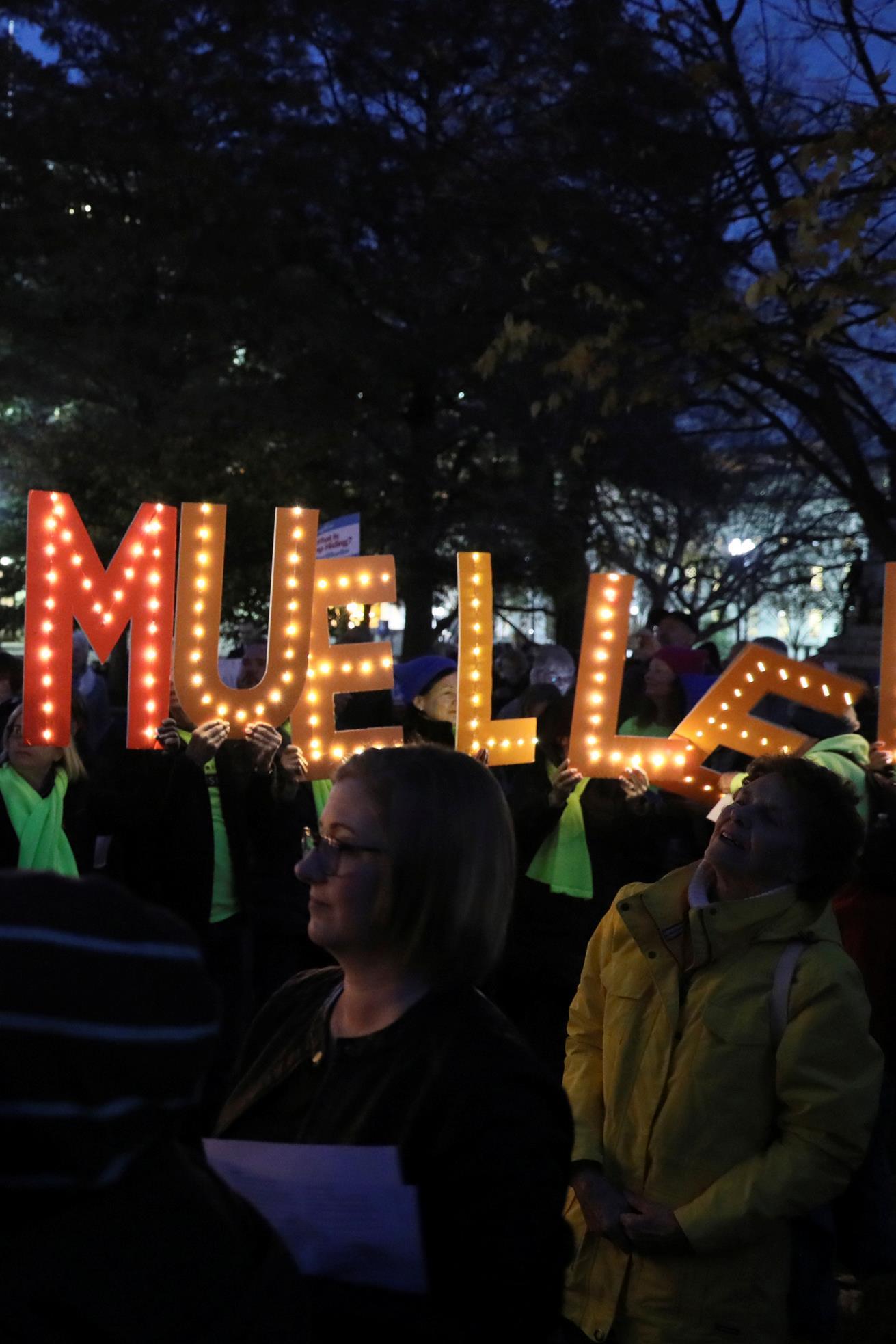 Des manifestants rasemblés devant la Maison-Blanche, le 8 novembre 2018, demandent au gouvernement américain de protéger l'enquête du procureur spécial Robert Mueller. Ils tiennent des lettres illuminées sur lesquelles est écrit : «Save Mueller» (Protégez Mueller).