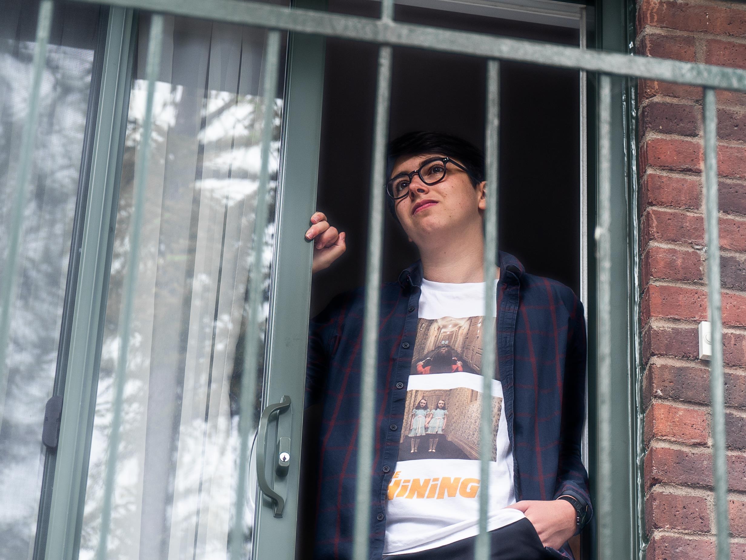 On voit Adam, debout, de face, dans l'embrasure d'une porte. Au premier plan, on voit la balustrade du balcon.