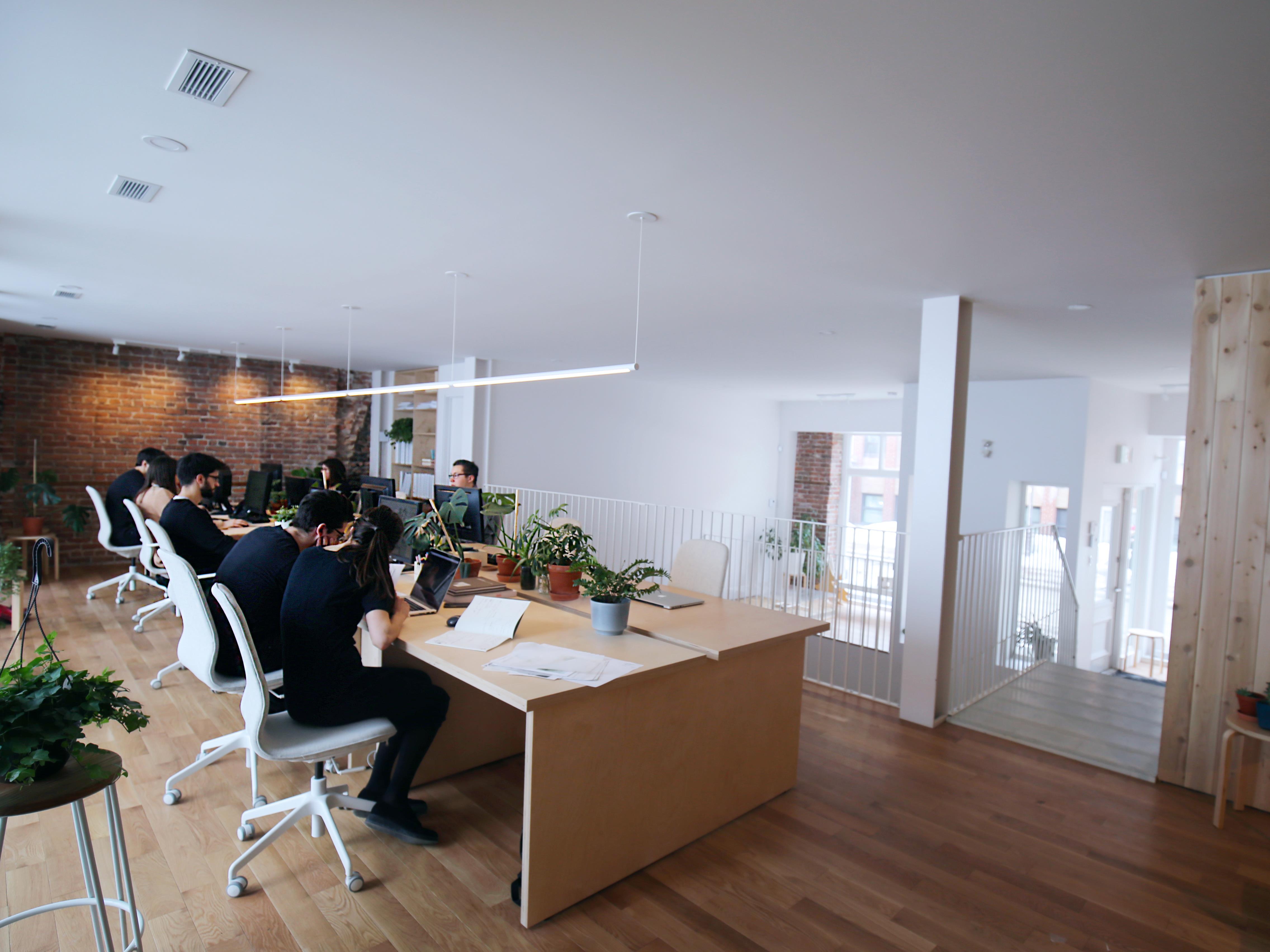 Les employés de l'Atelier Pierre Thibault partagent tous la même surface de travail.