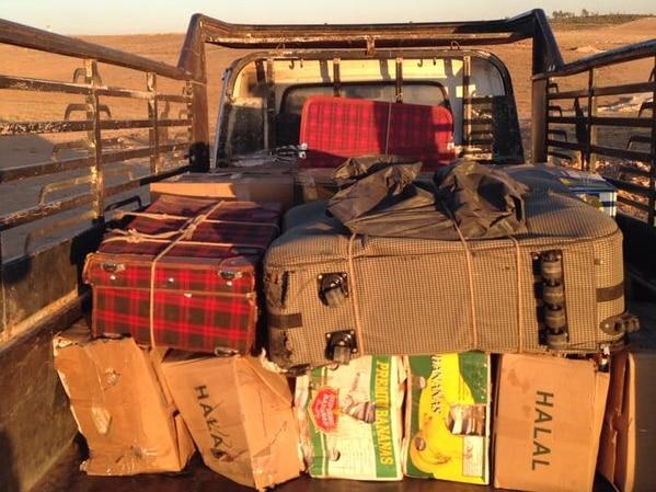 Chargement de documents dissimulés dans des caisses et des valises.
