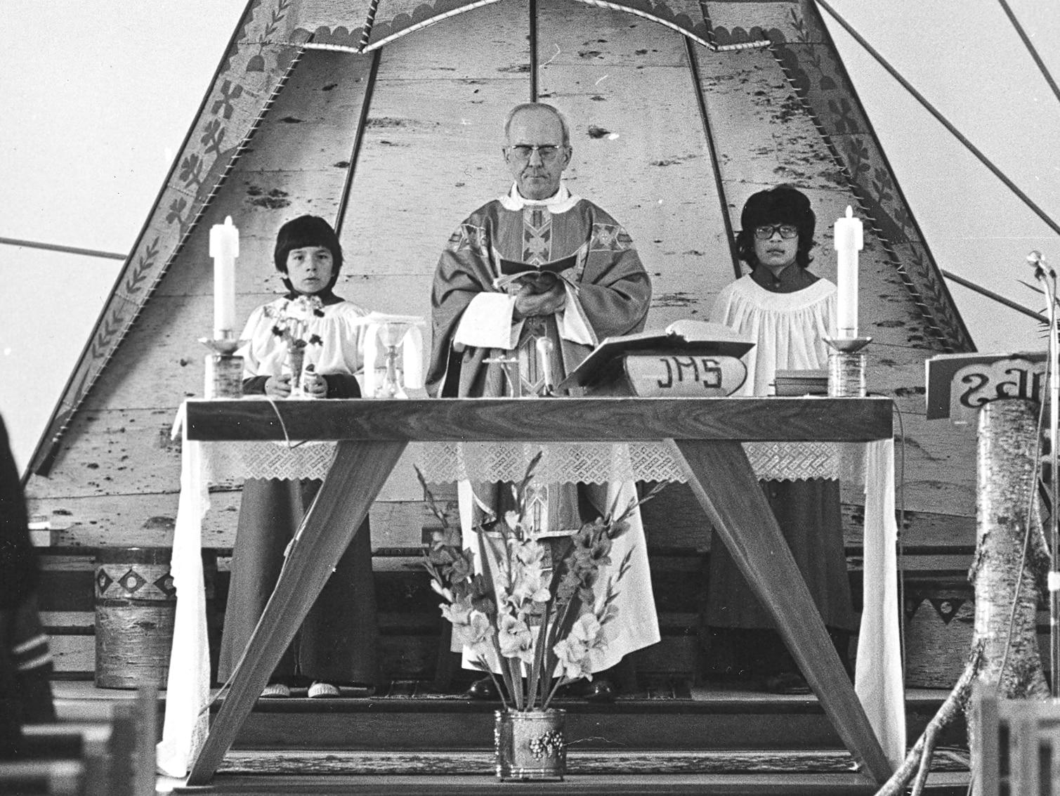 Clément Couture lors d'une célébration religieuse avec ses servants de messe.