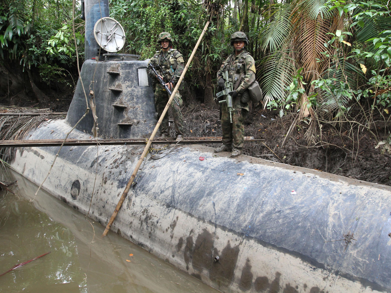 Des militaires colombiens sur un sous-marin construit par des narcotrafiquants.
