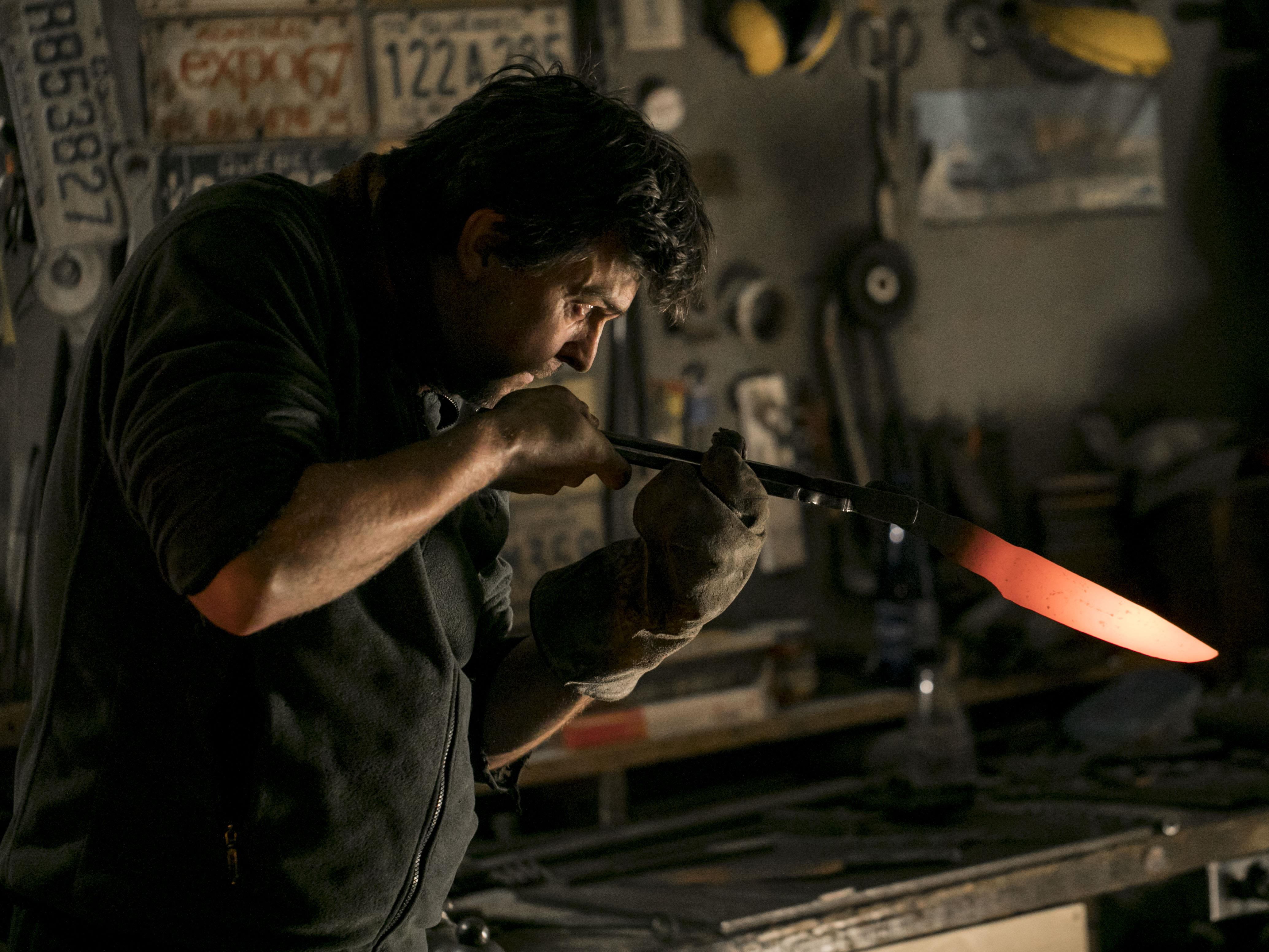 Le coutelier regarde l'angle de sa lame