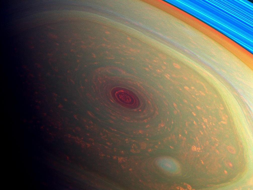 L'immense hexagone au pôle Nord de Saturne. Les couleurs ont été modifiées.