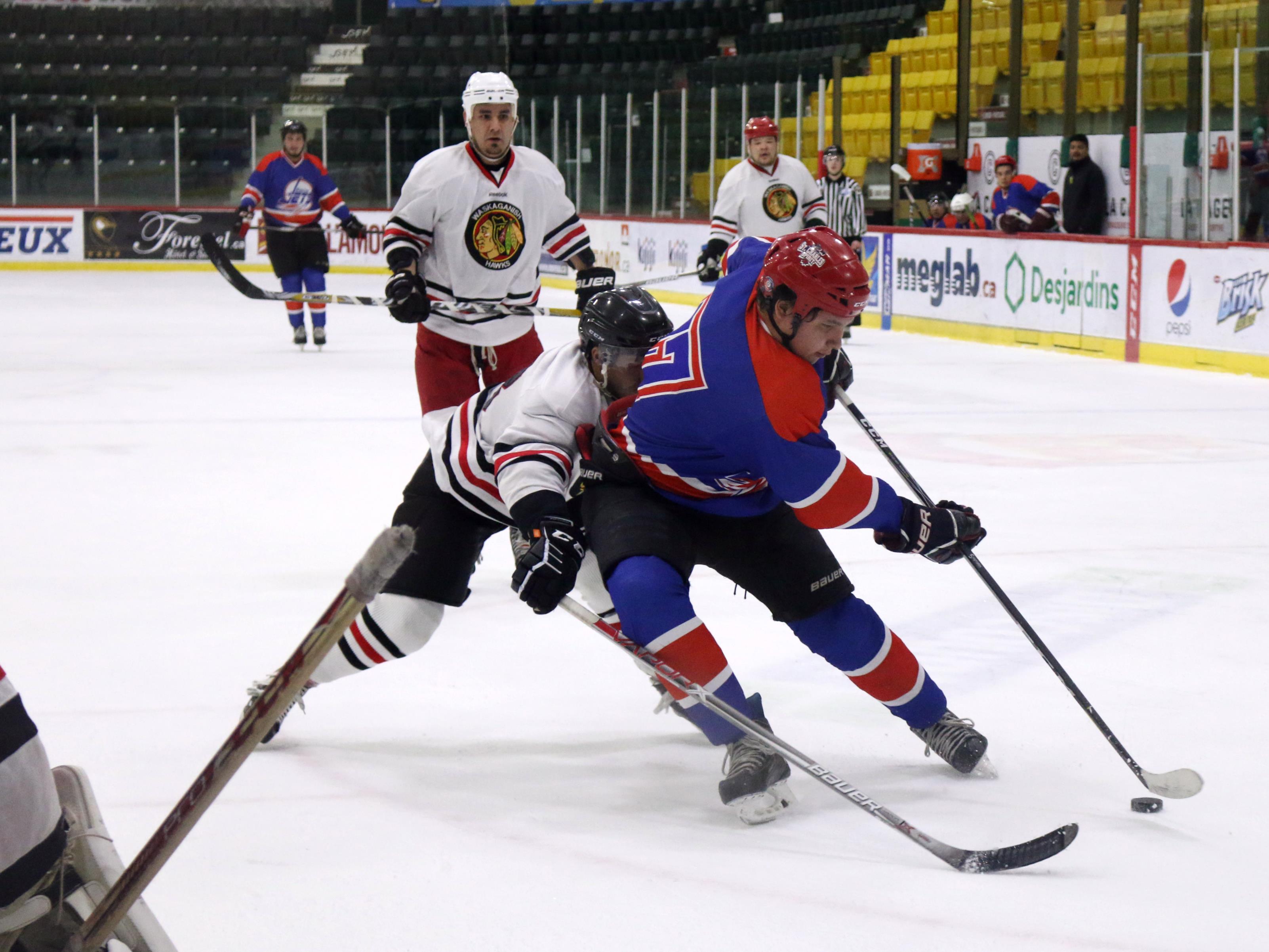 Des joueurs de hockey autochtones tentent de déjouer des gardiens de but lors d'un tournoi au Centre Air Creebec à Val-d'Or.