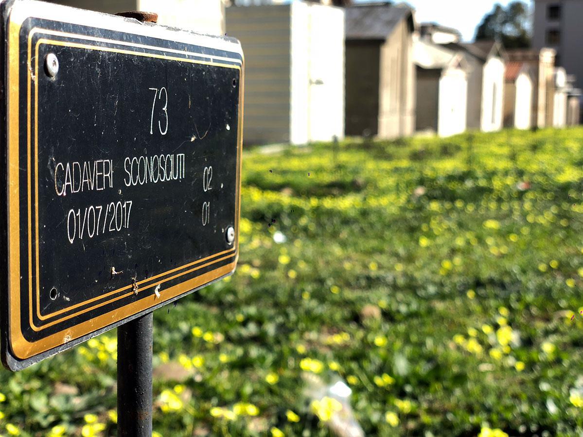 Plus de 200corps inconnus de migrants victimes de la mer sont enterrés dans ce coin du cimetière de Catane.
