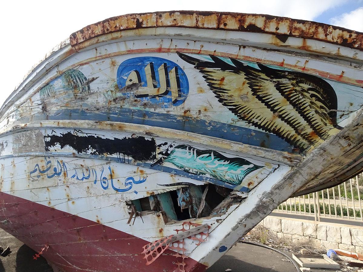 Les bateaux de bois empruntés par les migrants sont saisis et ramenés à terre en Sicile, et les bateaux pneumatiques sont détruits pour éviter qu'ils ne servent à nouveau.