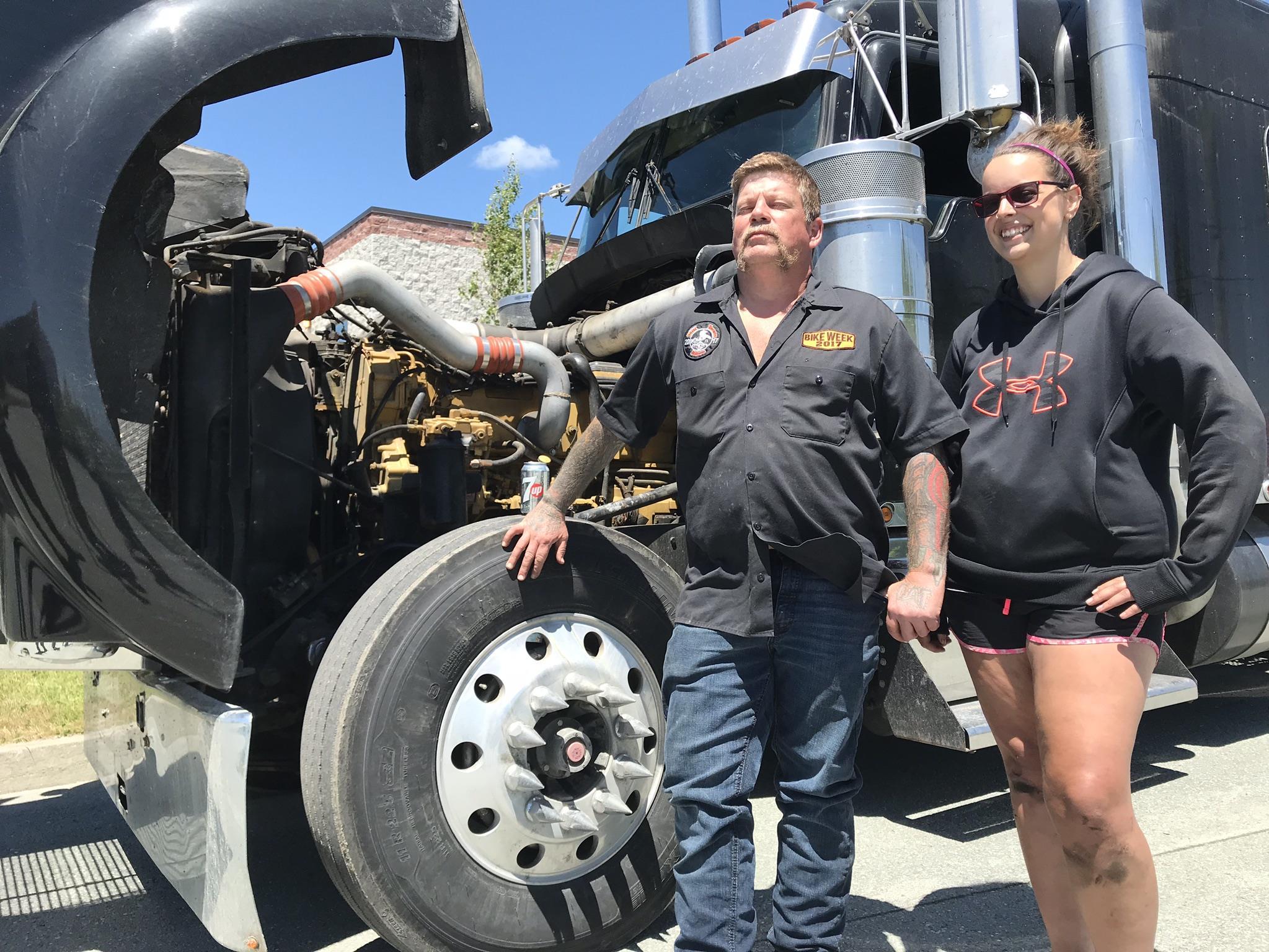 Jean-Guy pose devant son camion