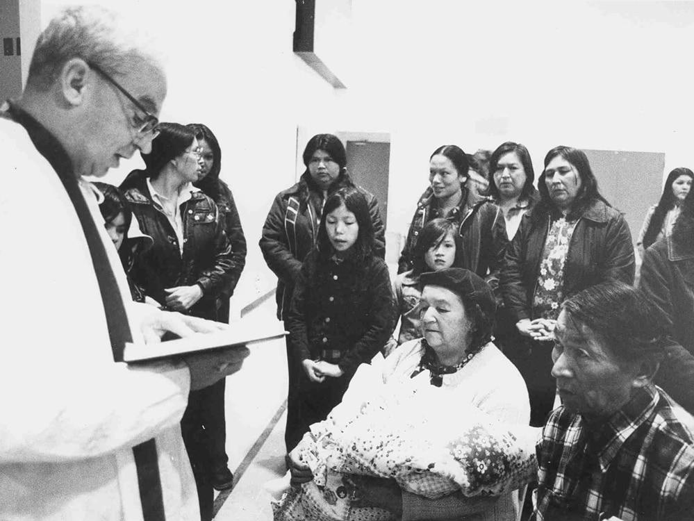 Le curé oblat devant des Atikamekws.