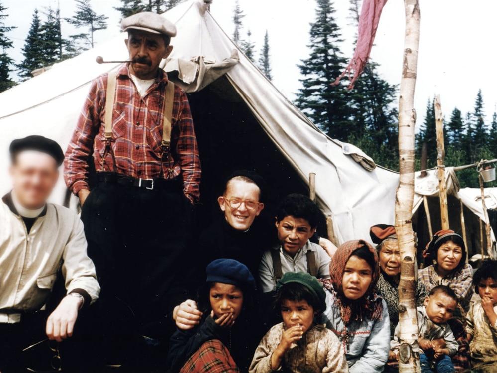 Pirson pose avec ses bras qui entourent des enfants