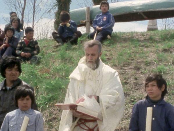 René Lapointe avec des enfants innus lors d'une célébration.
