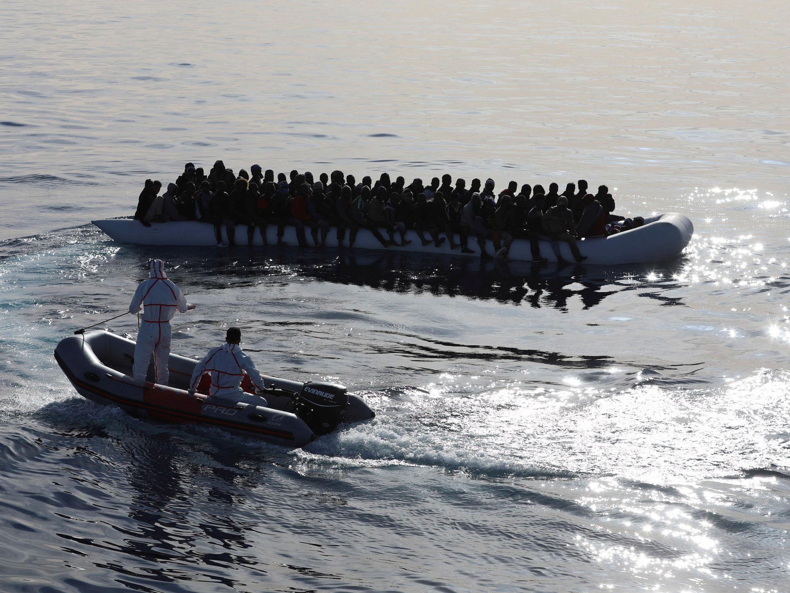 La garde-côtière libyenne vient en aide à des migrants en Méditerranée.