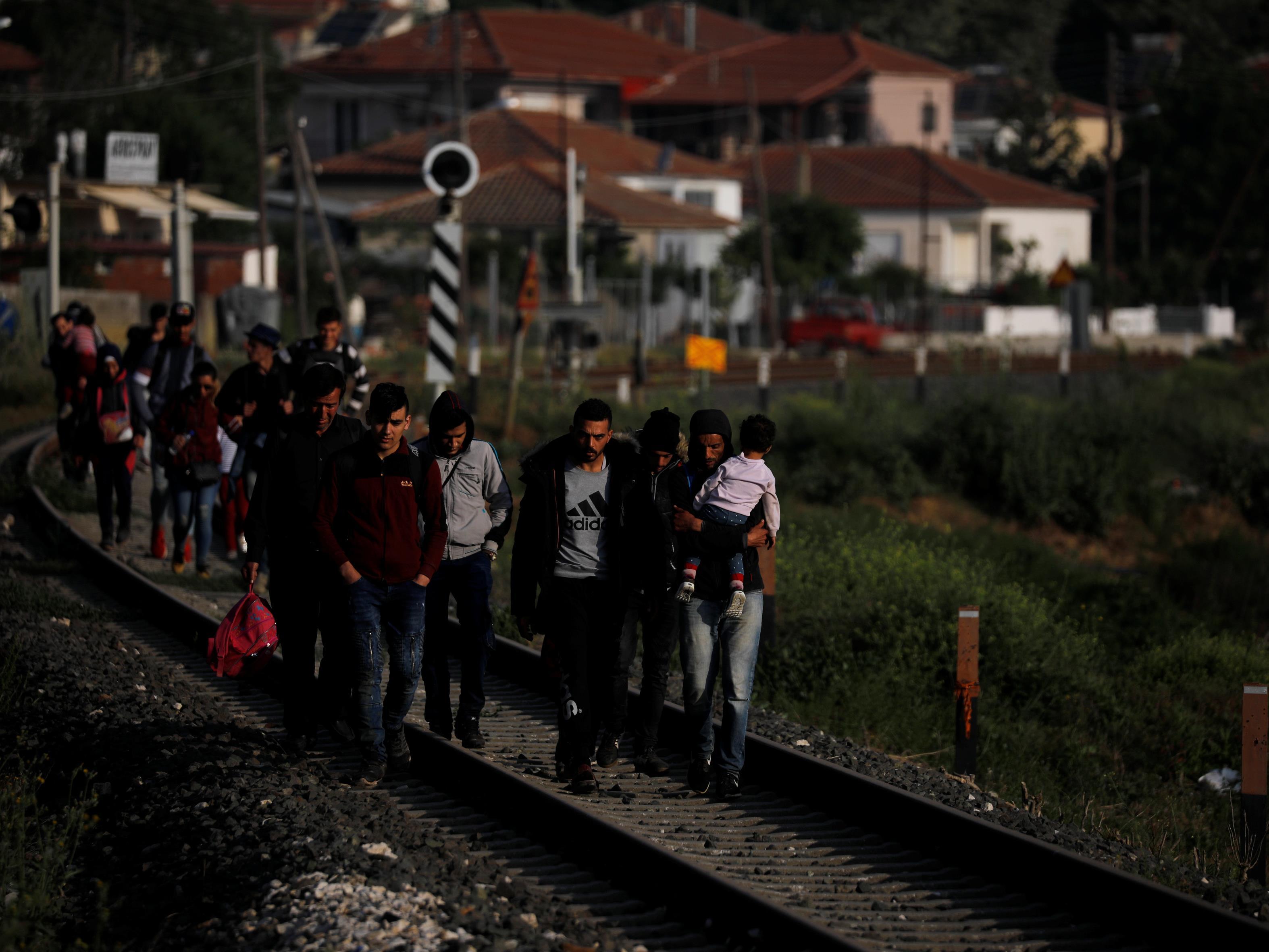 Des migrants arrivent en Grèce après avoir traversé la rivière Évros.