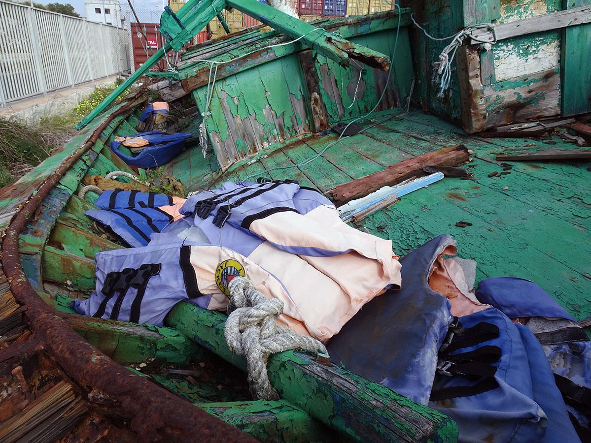Les effets personnels abandonnés dans les bateaux témoignent des conditions de la traversée.