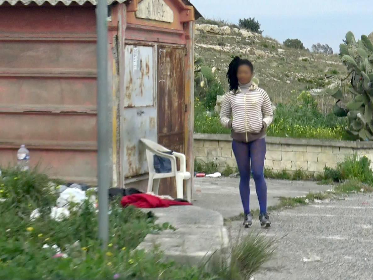 Les prostituées doivent satisfaire plusieurs clients par jour pour un salaire dérisoire.
