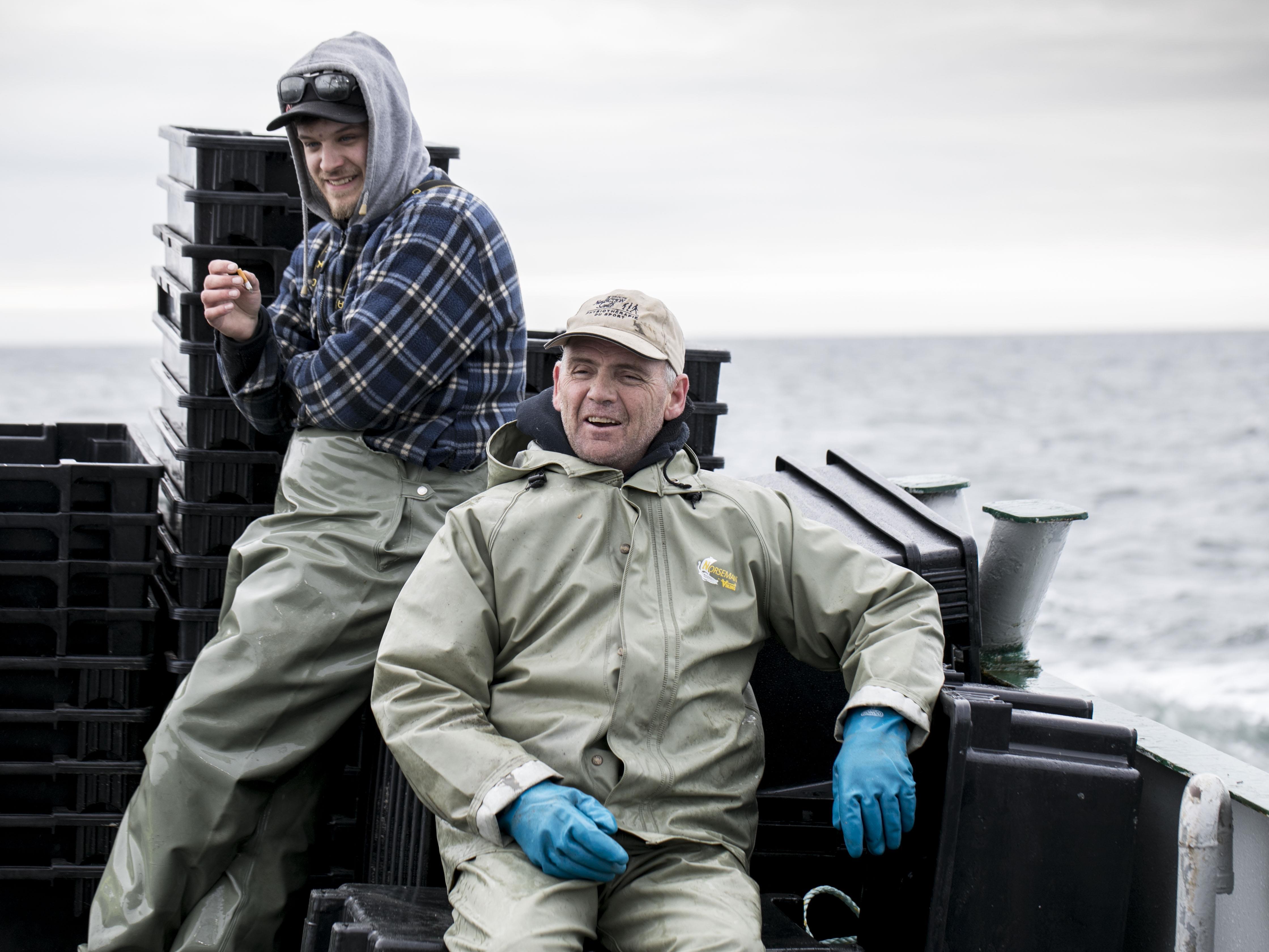 Deux pêcheurs rigolent