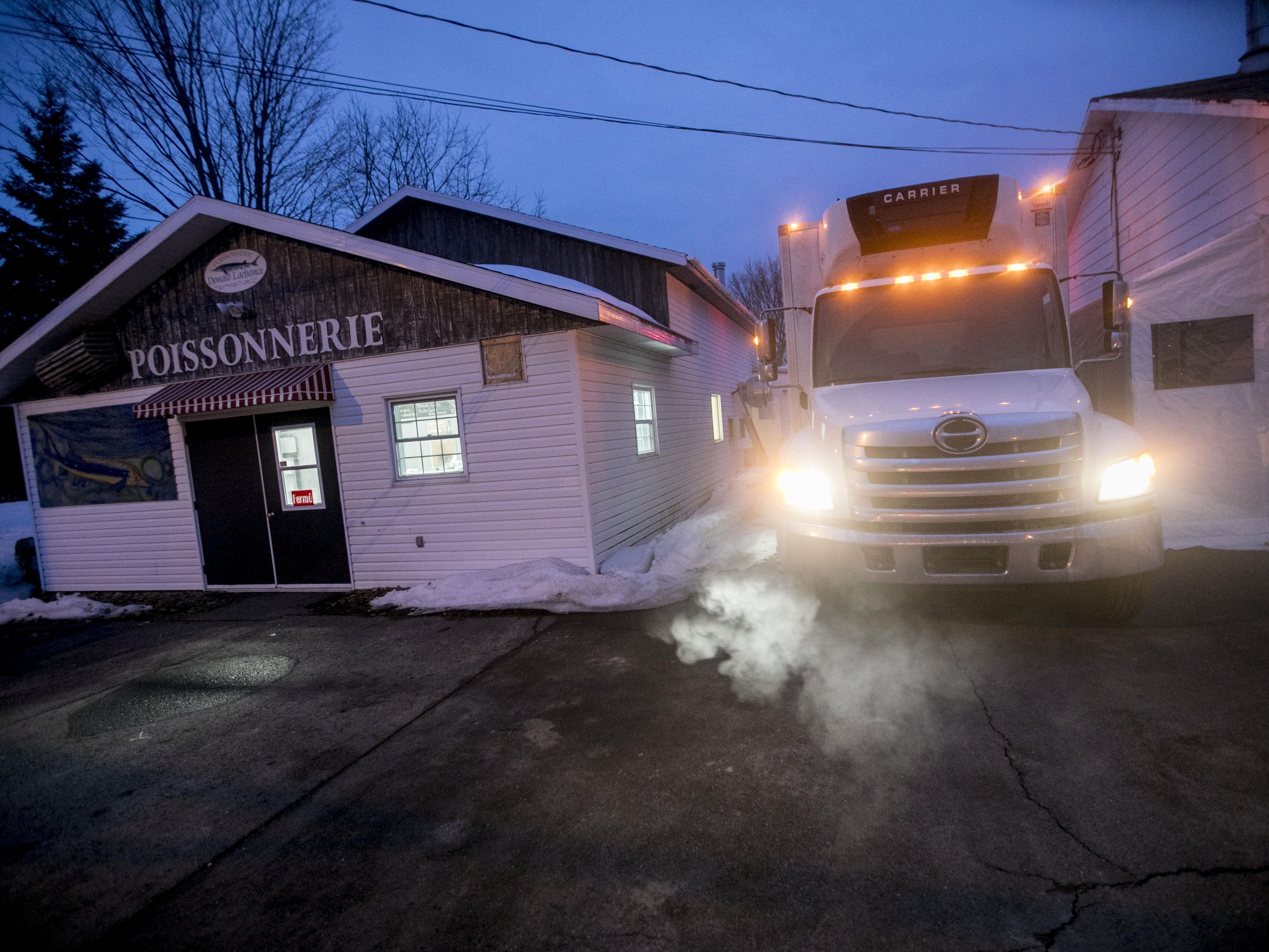 Le camion de livraison arrêté à un de ses arrêts