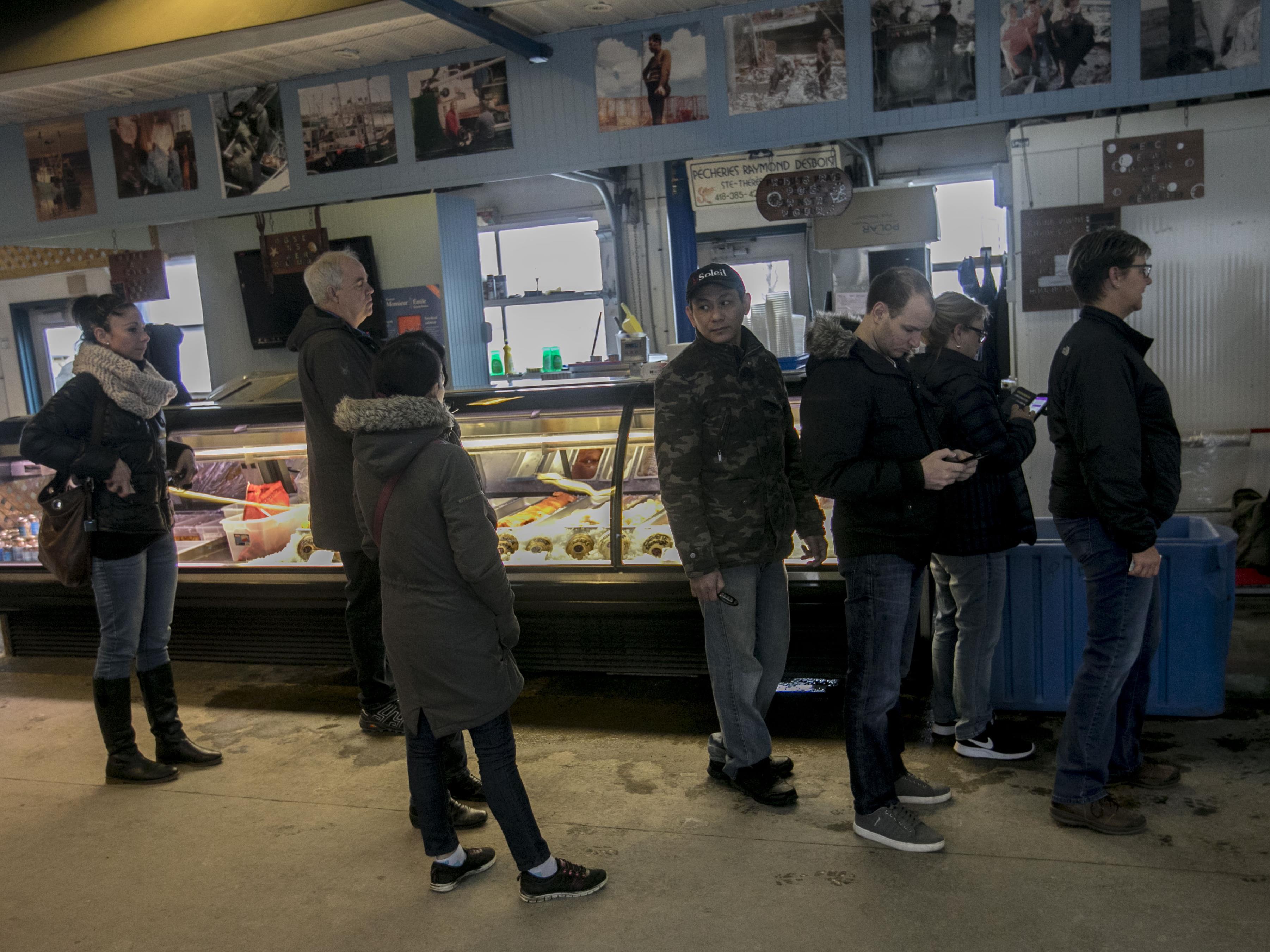 Une file de personnes attendent poru acheter leur crabe