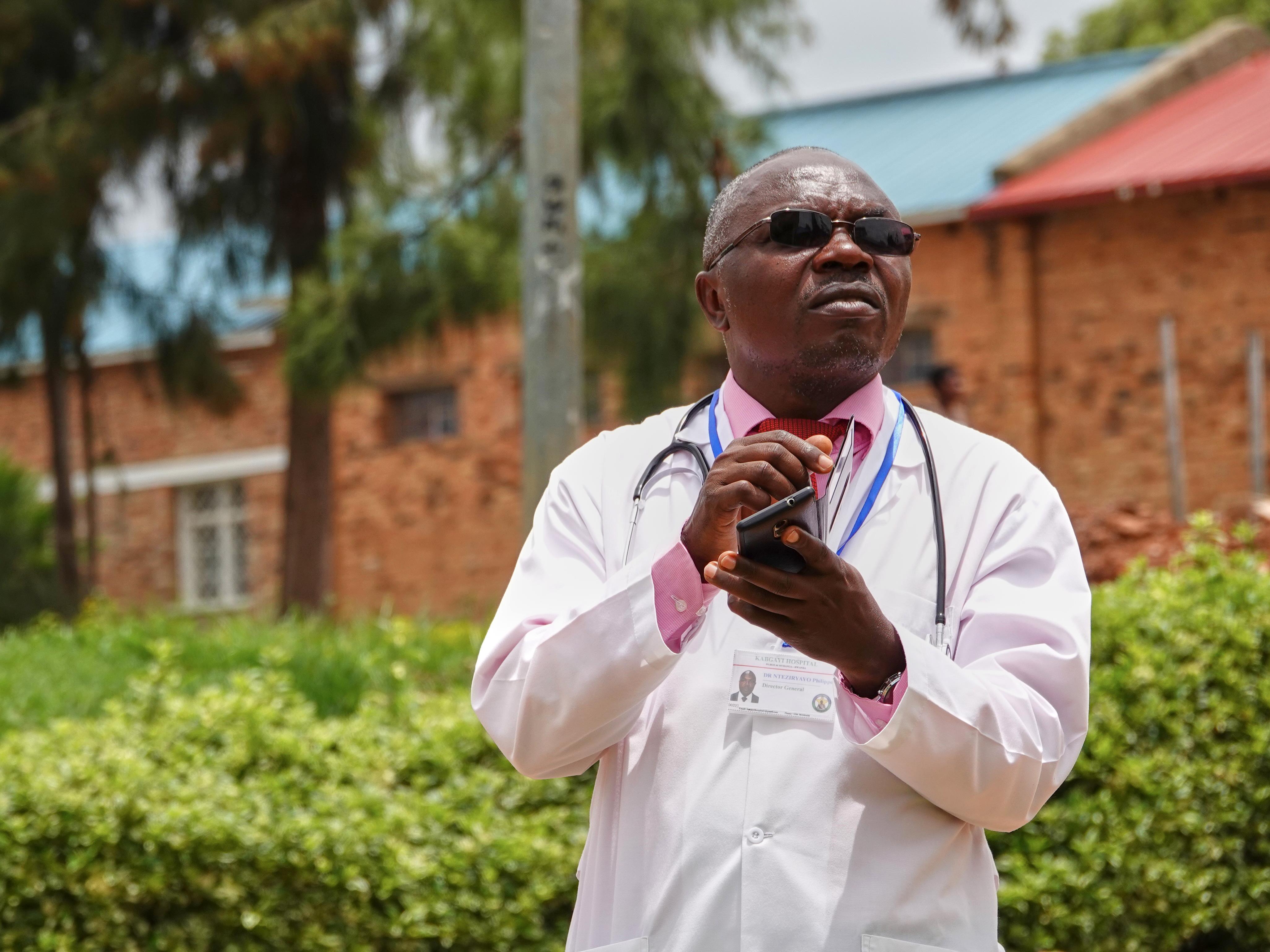 Le docteur Philip Nteziryayo lève les yeux vers le ciel.
