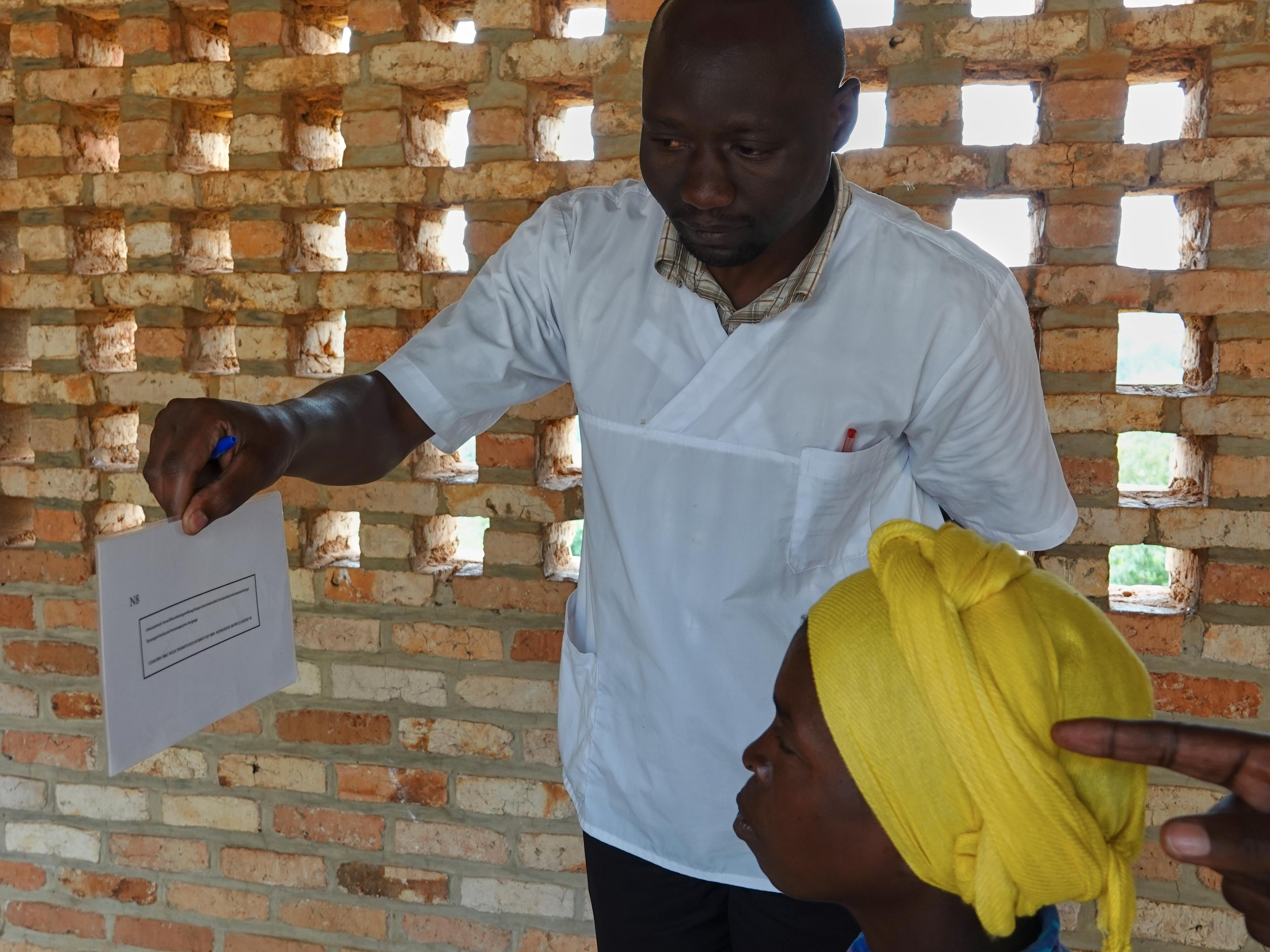 Une Rwandaise passe un test de la vue.