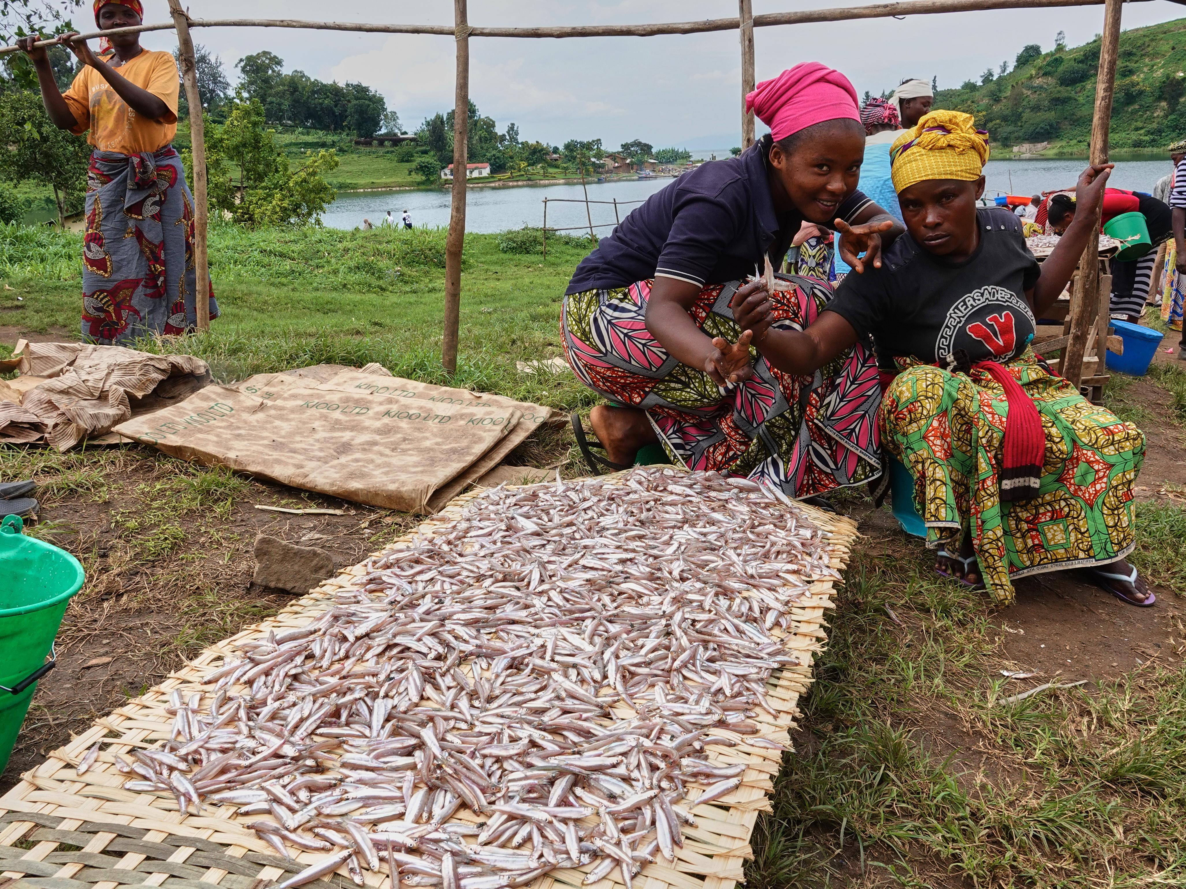 Des commerçants près d'un étal de poissons.