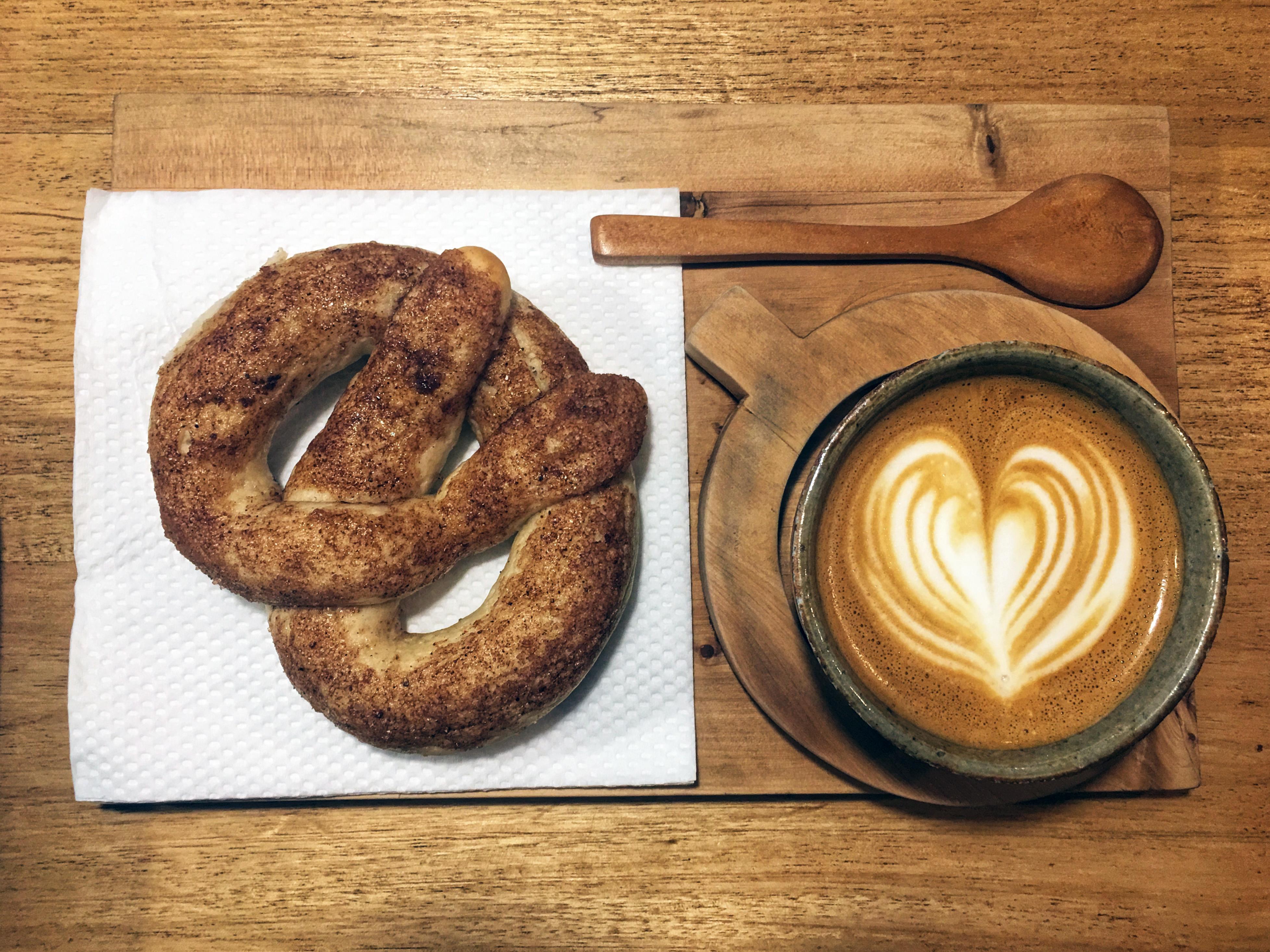 Une pâtisserie et un café appétissants.