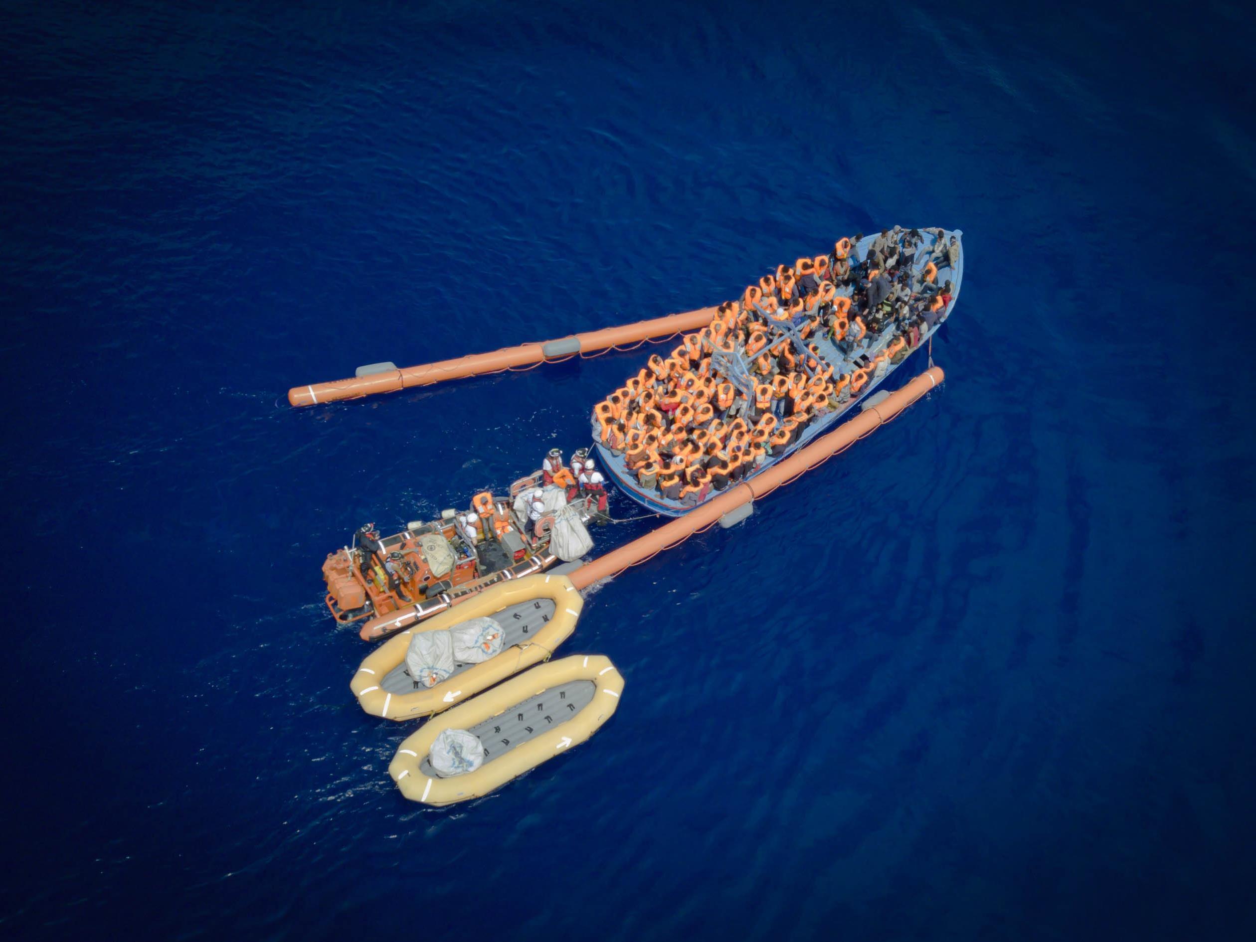 Les bateaux de bois sont très instables, alors l'équipe de l'Aquarius déploie tous ses moyens de flottaison.