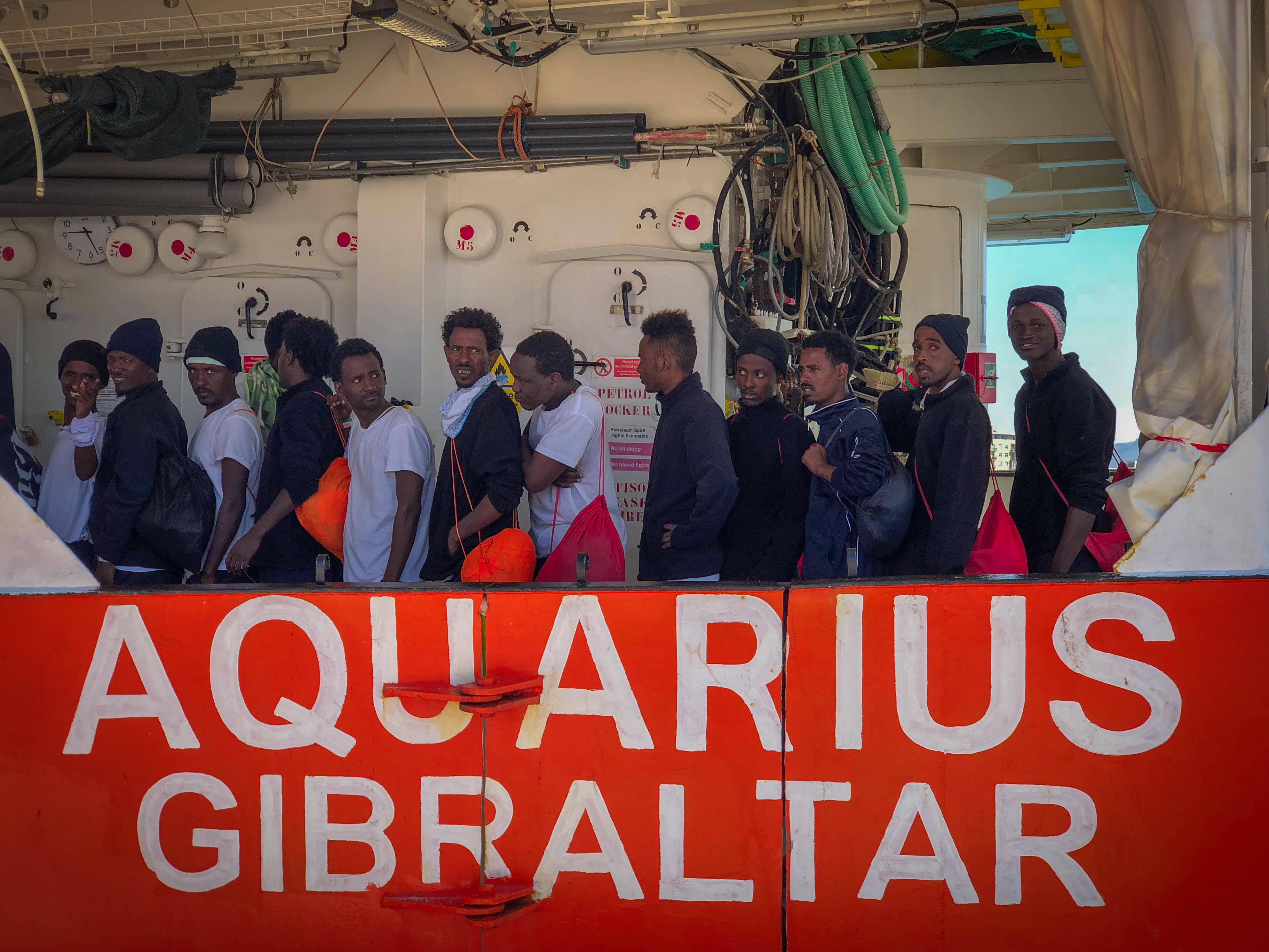 Des migrants sur l'Aquarius s'apprêtent à débarquer dans le port de Trapani en Sicile.