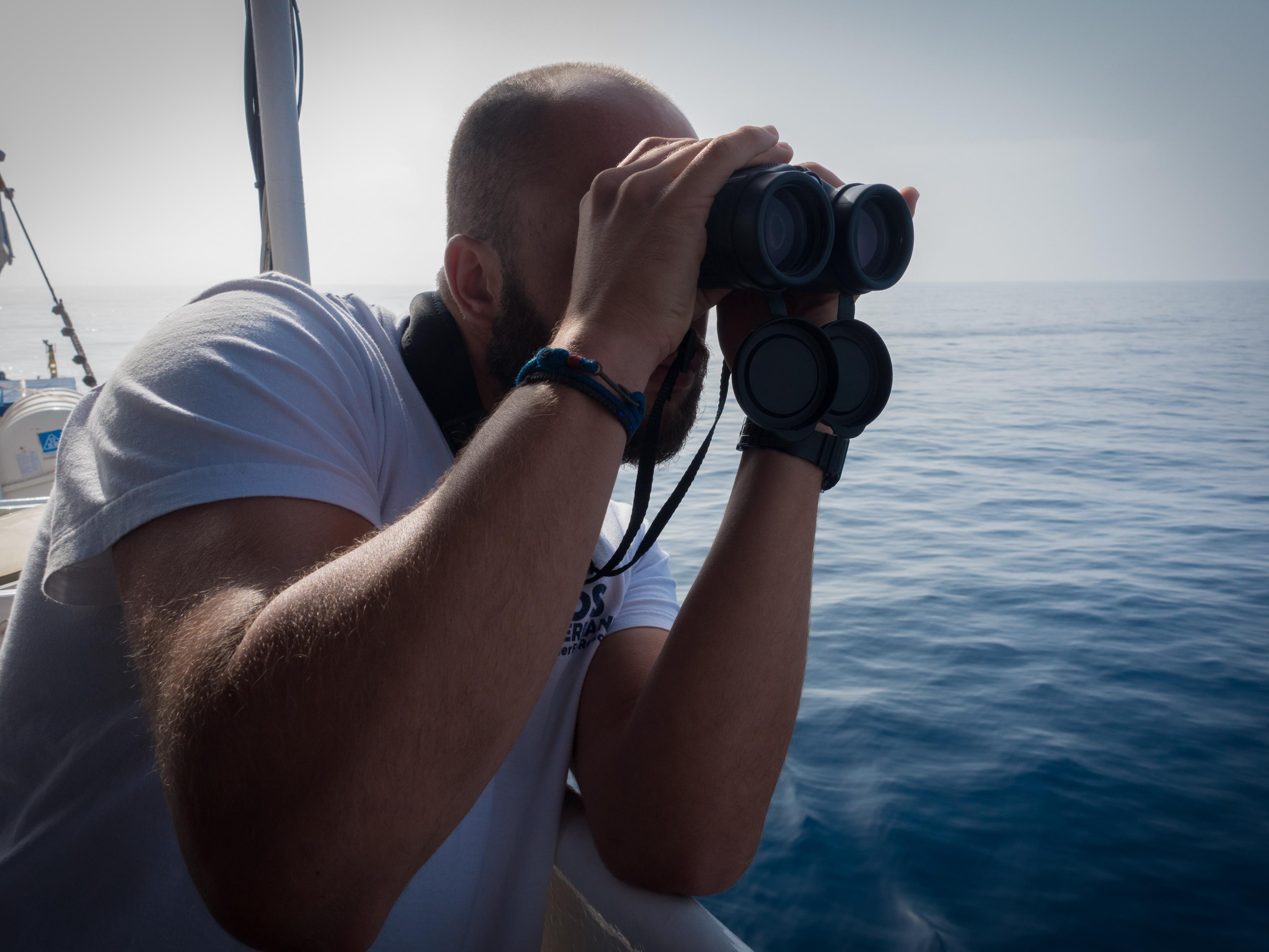 Théo Leclerc scrute l'horizon à la recherche de migrants.