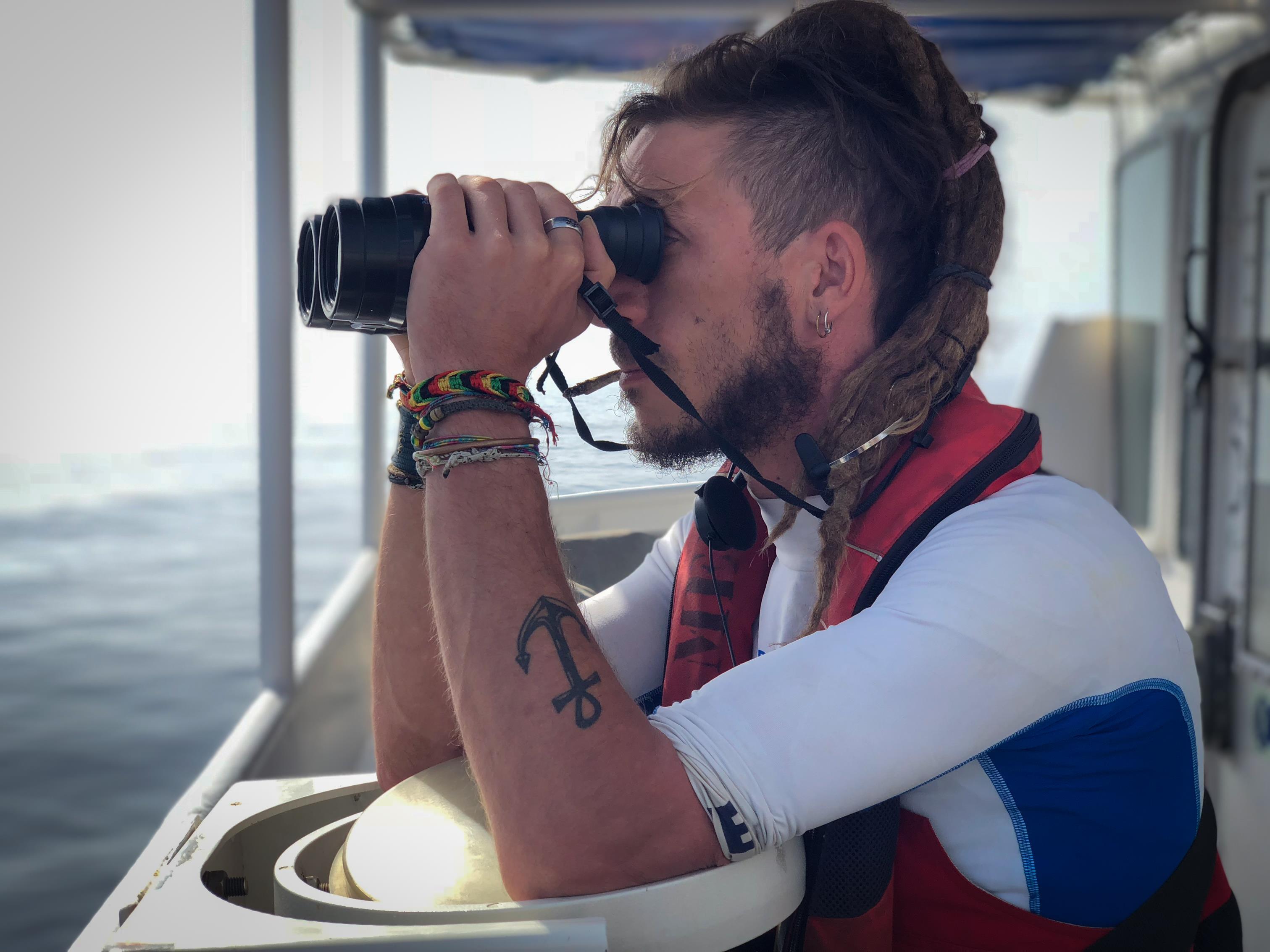 Tanguy Louppe observe l'horizon. La veille visuelle demeure le principal moyen de localiser les migrants.