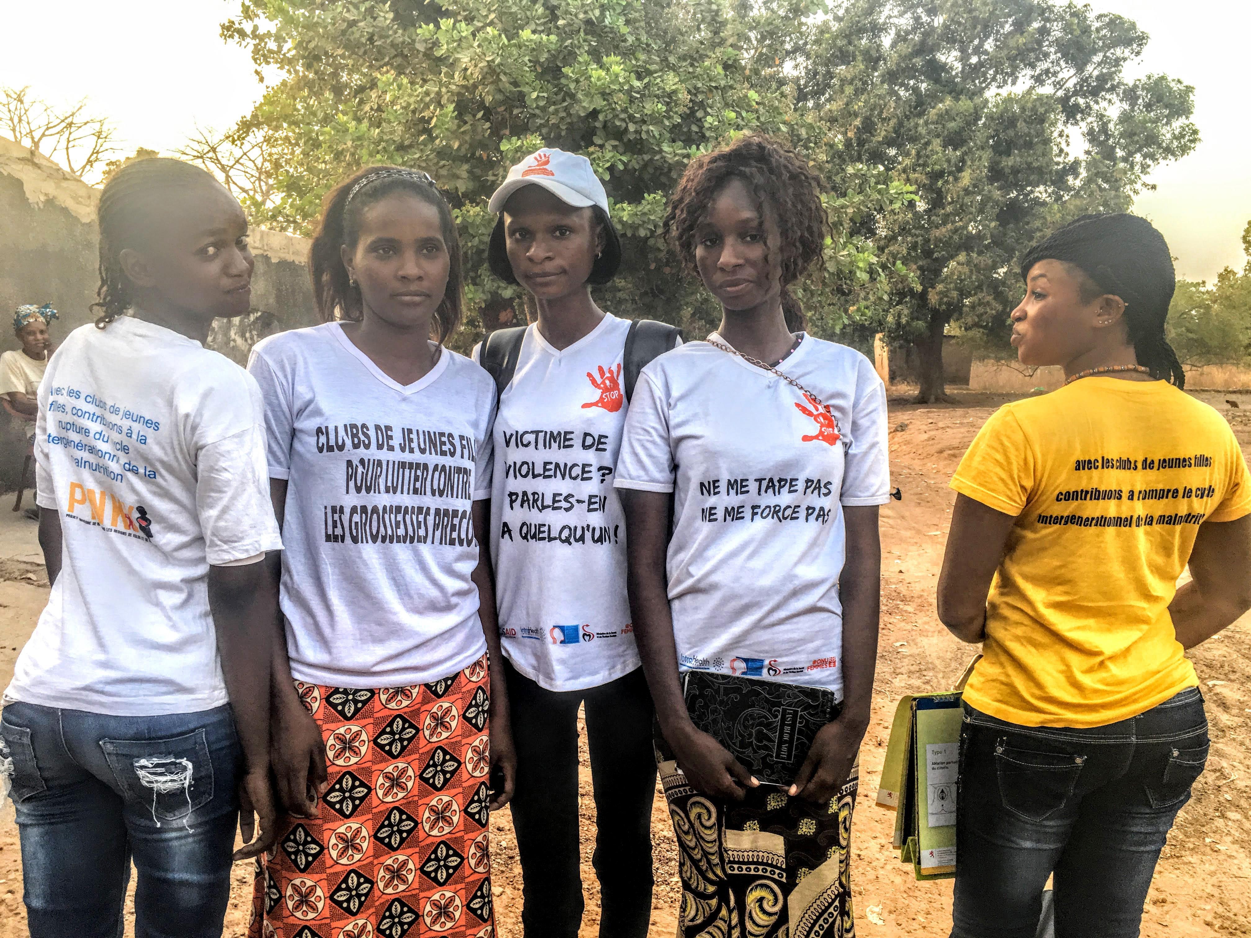 Sur leurs t-shirts, on peut lire des messages contre la violence ou les grossesses précoces.