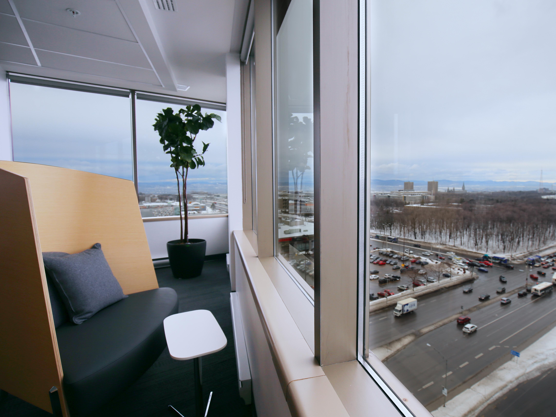 Plusieurs fauteuils sont disposés le long des fenêtres pour permettre de travailler ailleurs qu'à son bureau.