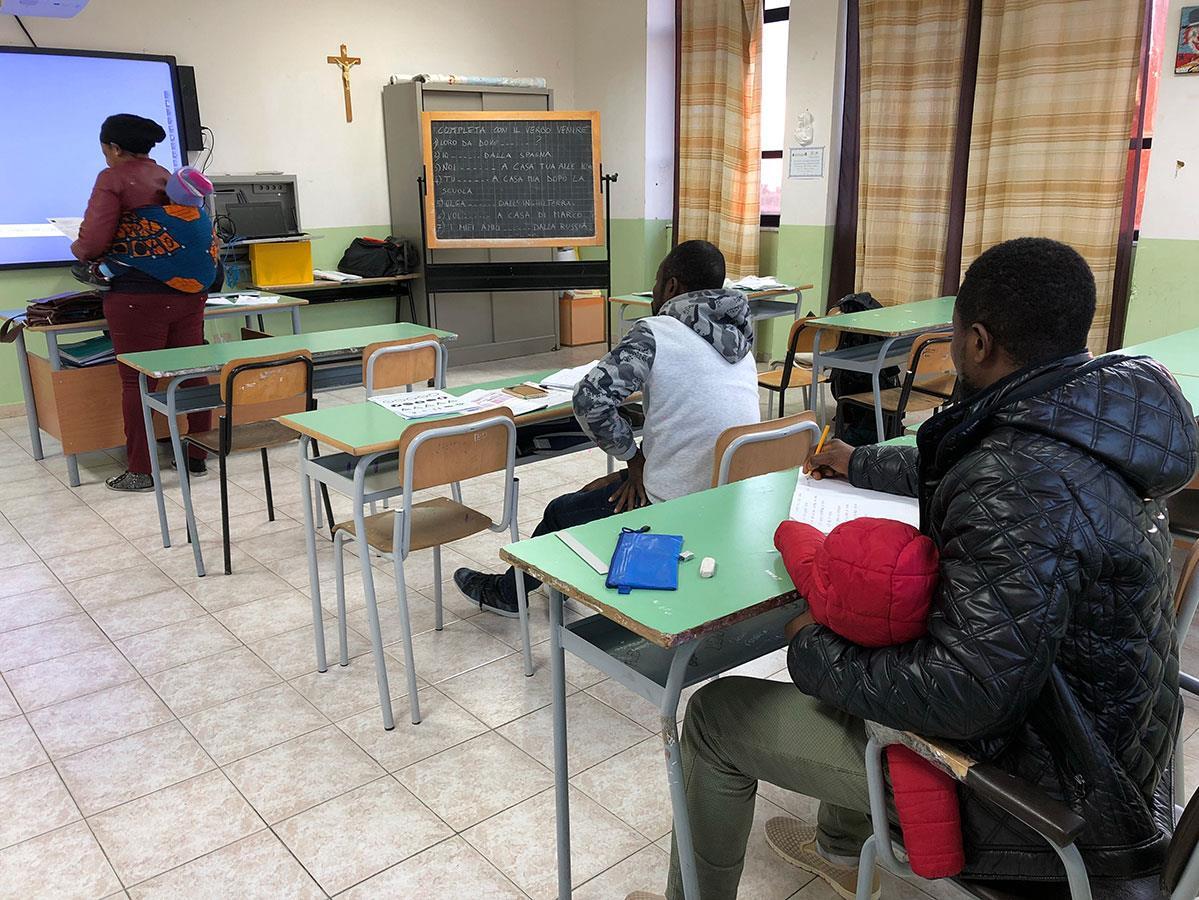 Des bénévoles donnent des cours d'italien aux nouveaux arrivants.
