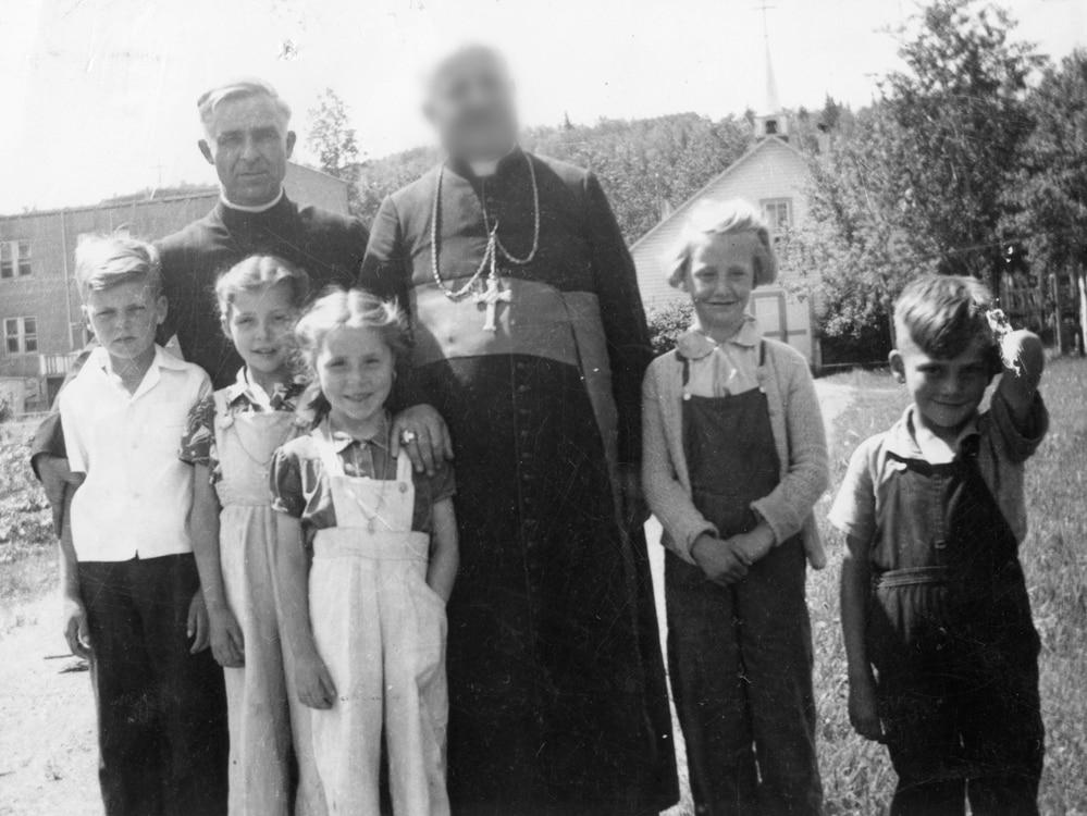 Le curé oblat en compagnie d'enfants.