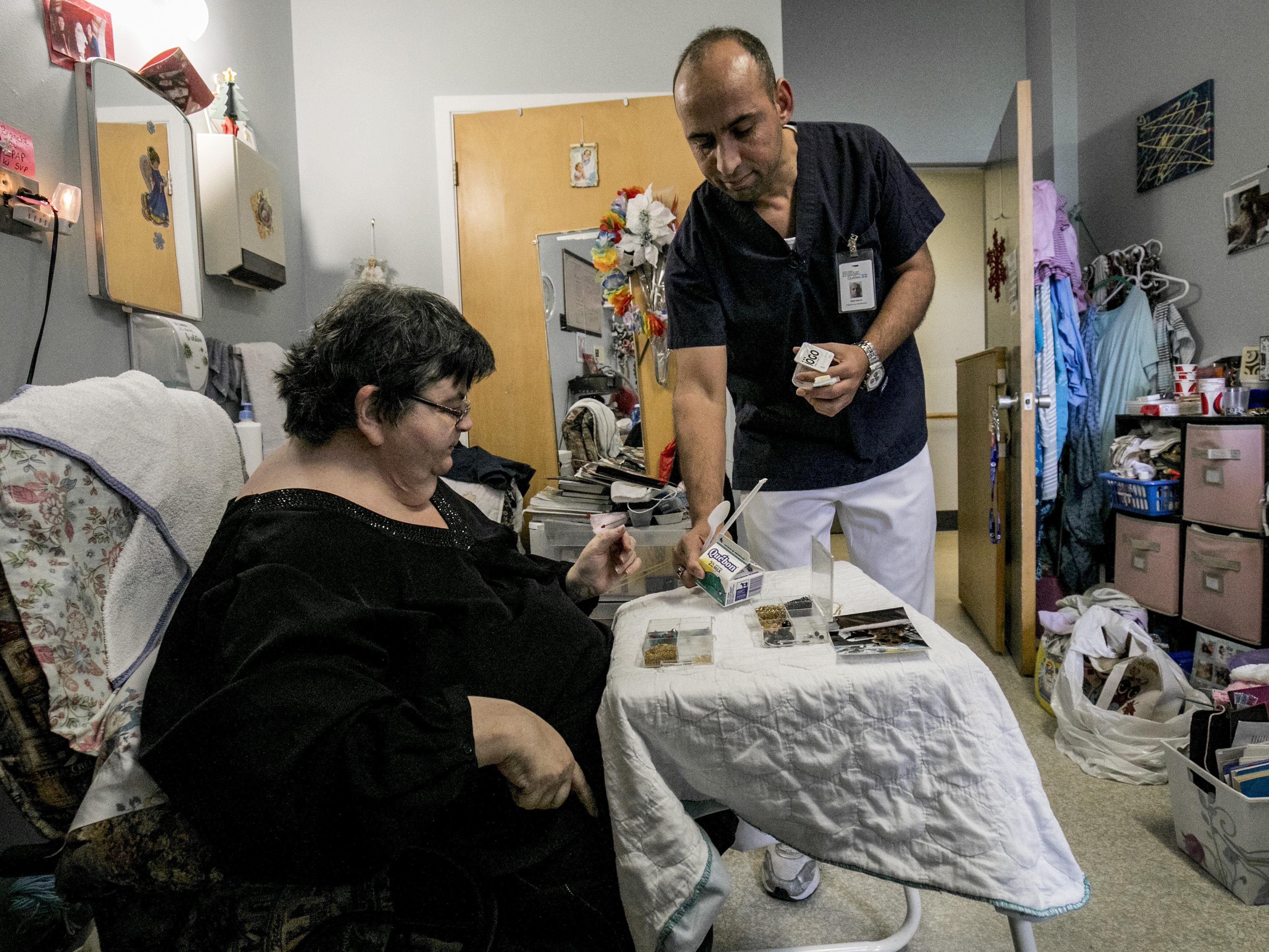 Saïd apporte une collation à une patiente, Mme Johanne Lapierre