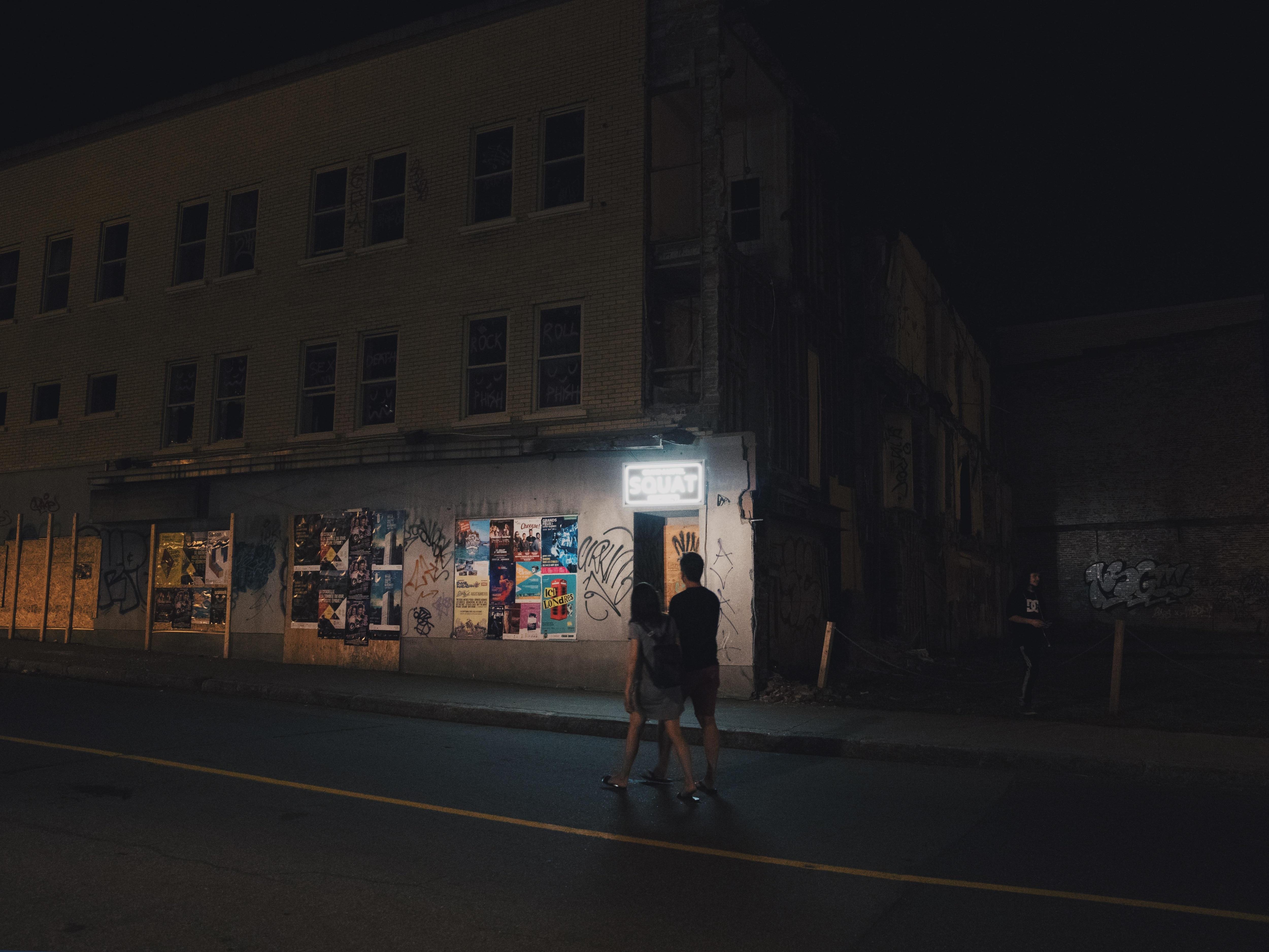 Deux passants marchent dans la rue een contemplant l'oeuvre.