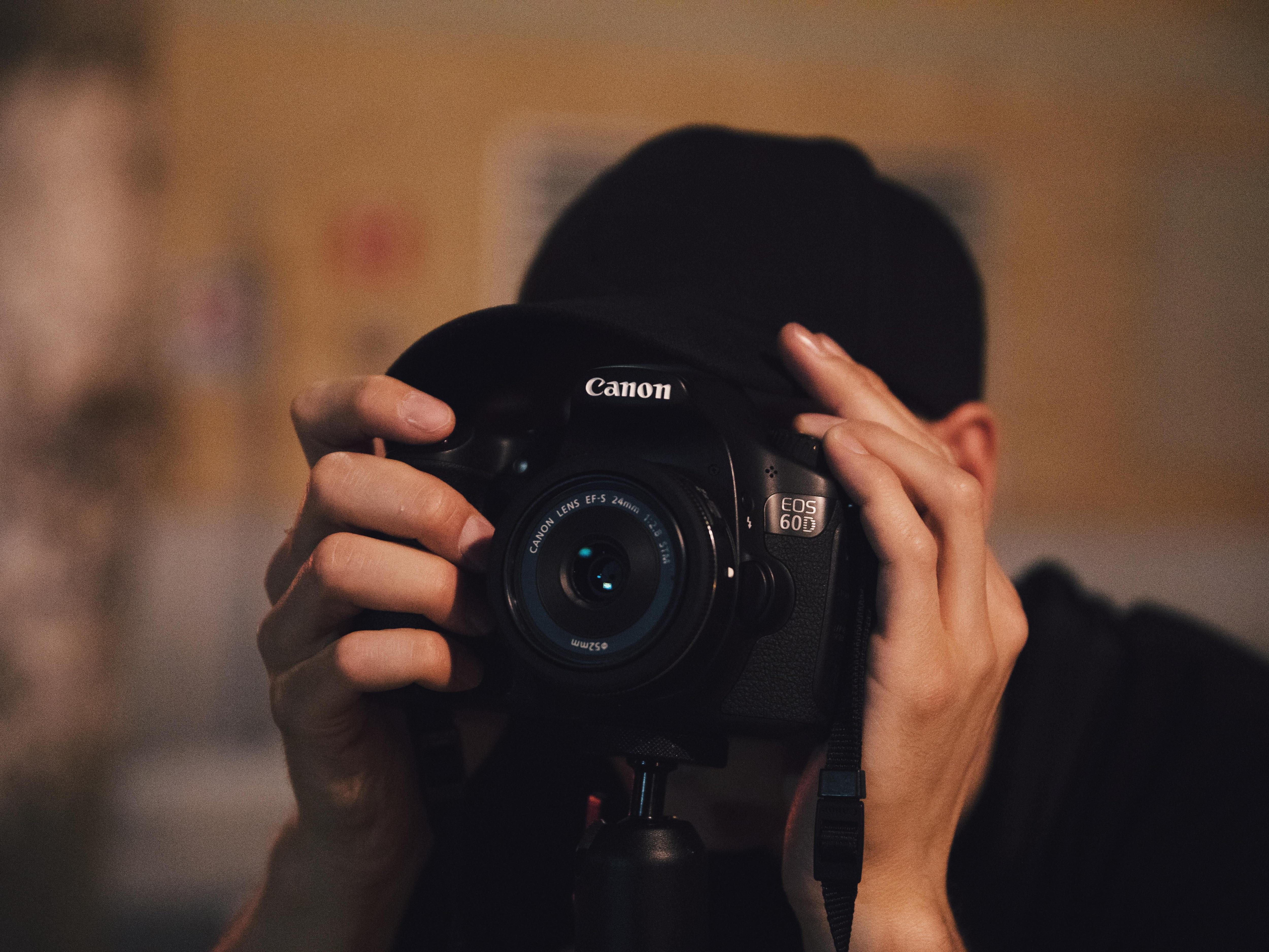 L'artiste derrière sa caméra