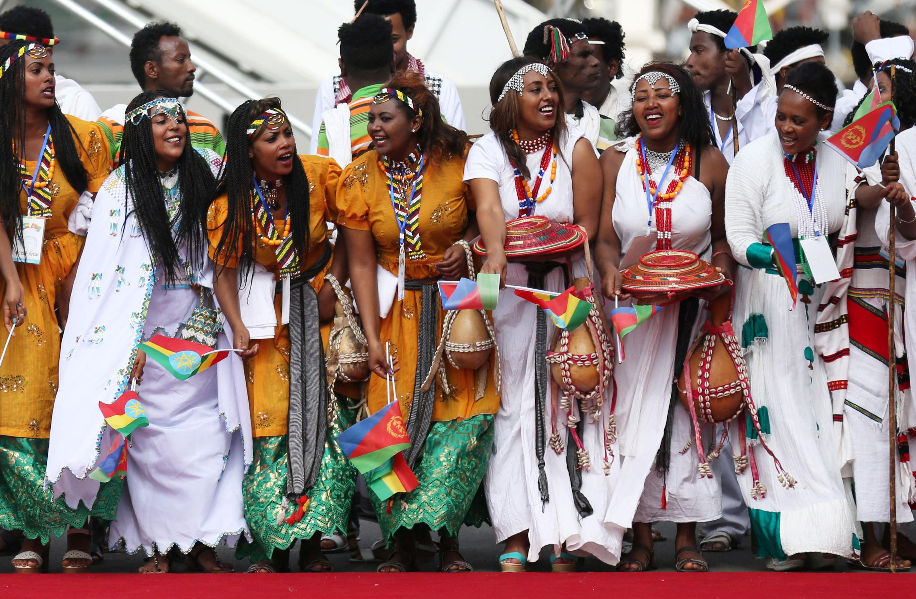 Des danceurs traditionnels éthiopiens ont donné un spectacle pour accueillir le président de l'Érythrée, Isaias Afwerki, à l'aéroport international Bole, à Addis Abeba, en Éthiopie, le 14 juillet 2018.