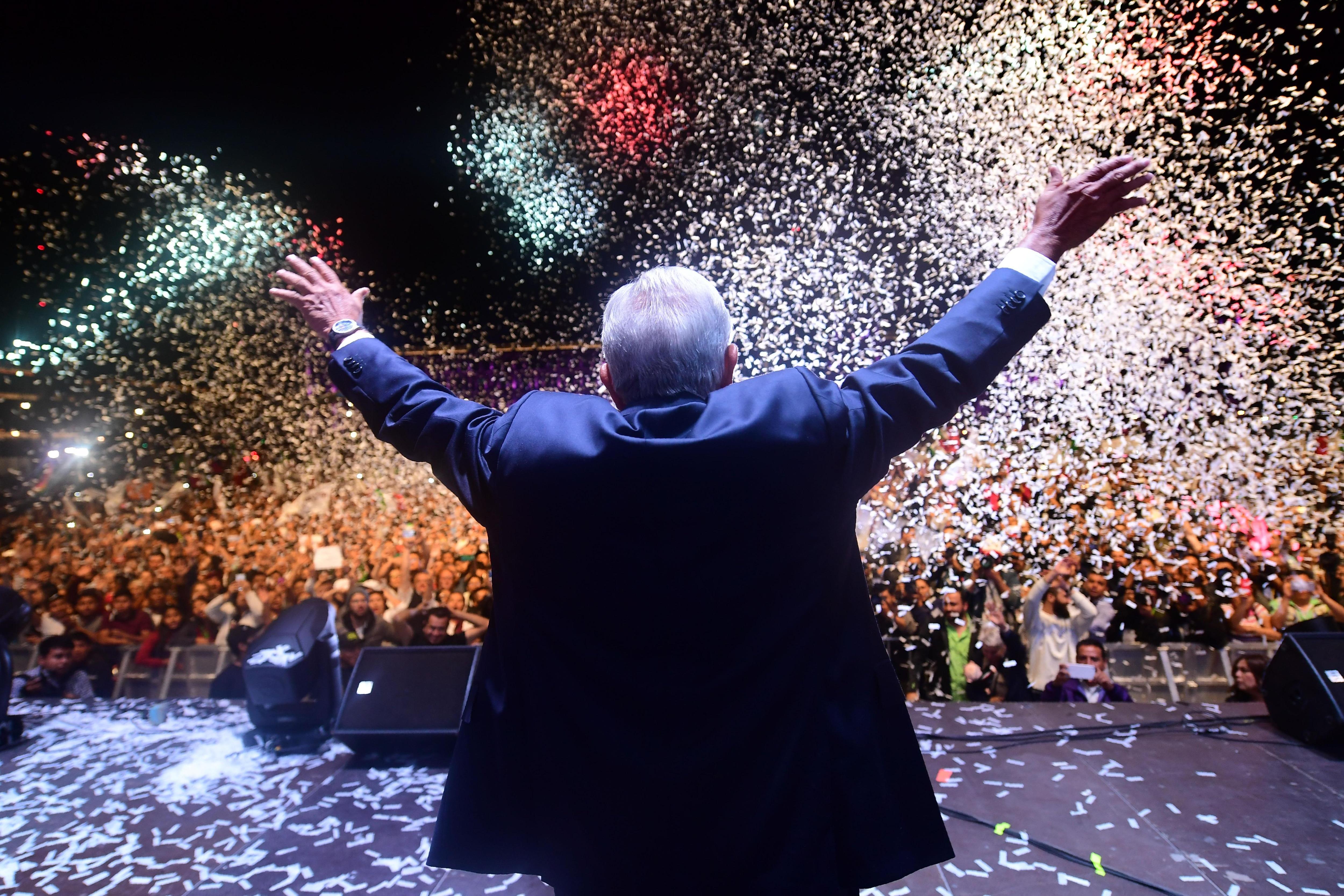 Andres Manuel Lopez Obrador salue ses partisans au square du Zocalo, à Mexico, après avoir remporté les élections, le 1er juillet 2018.