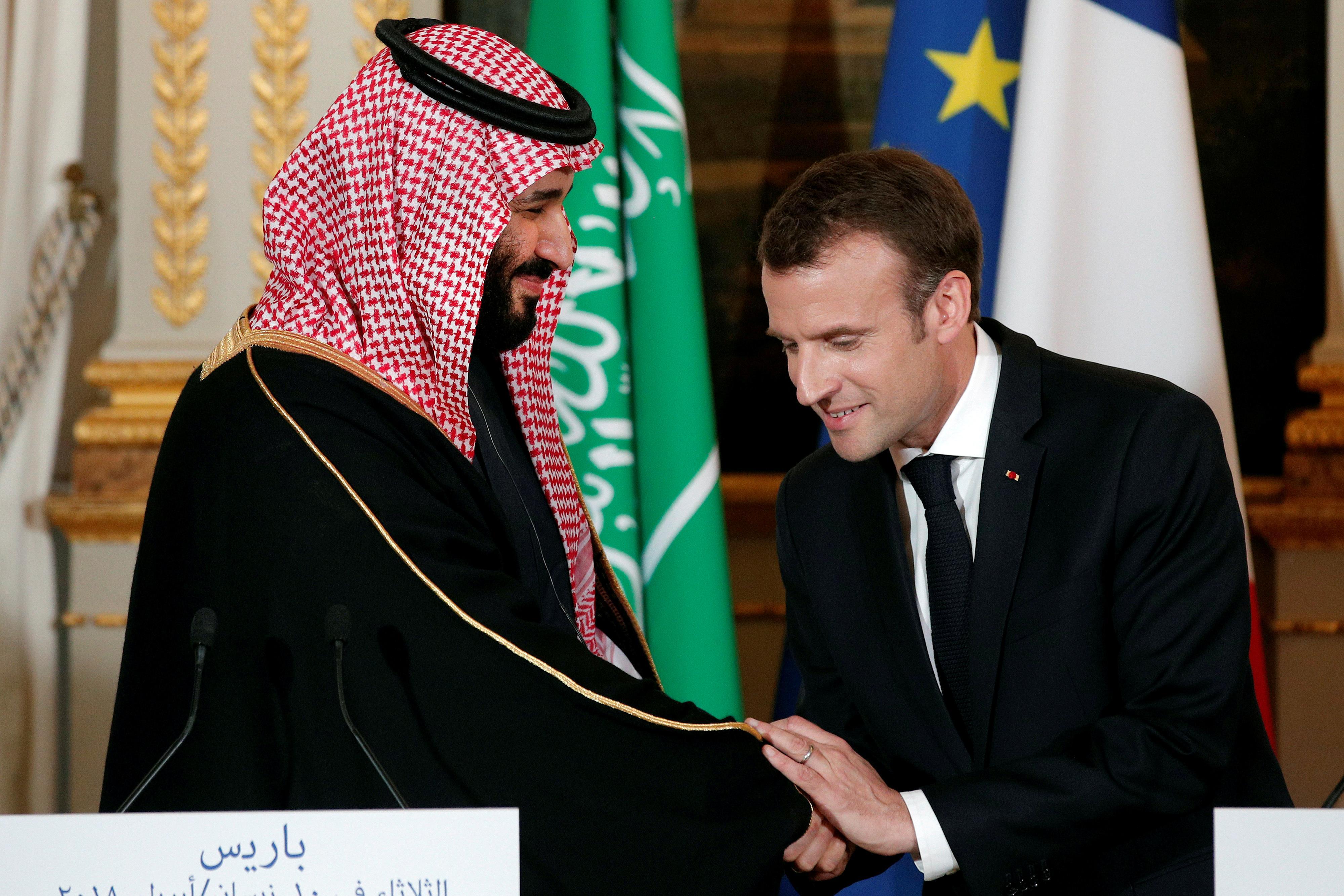 Le président français, Emmanuel Macron, serre la main au prince héritier de l'Arabie saoudite, Mohammed ben Salmane, lors d'une conférence de presse au palais de l'Élysée, à Paris, le 10 avril 2018.
